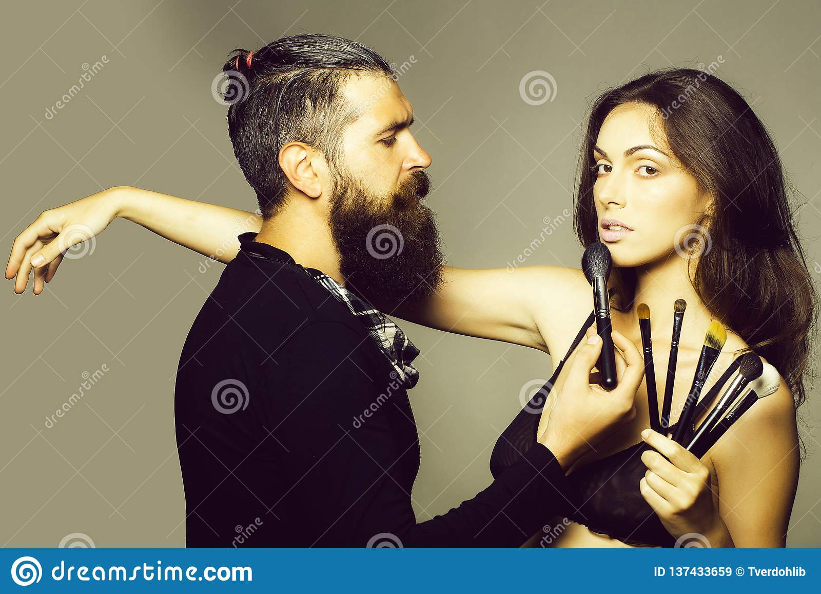 Homme barbu de visagiste et femme sexy