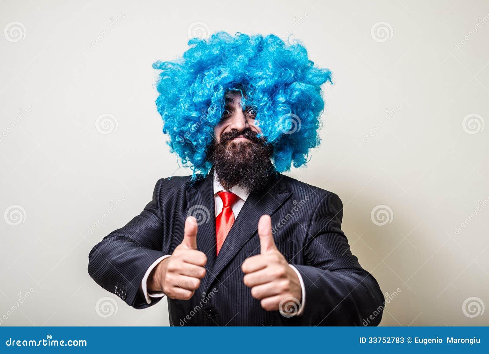 Homme Barbu Drôle Fol Avec La Perruque Bleue