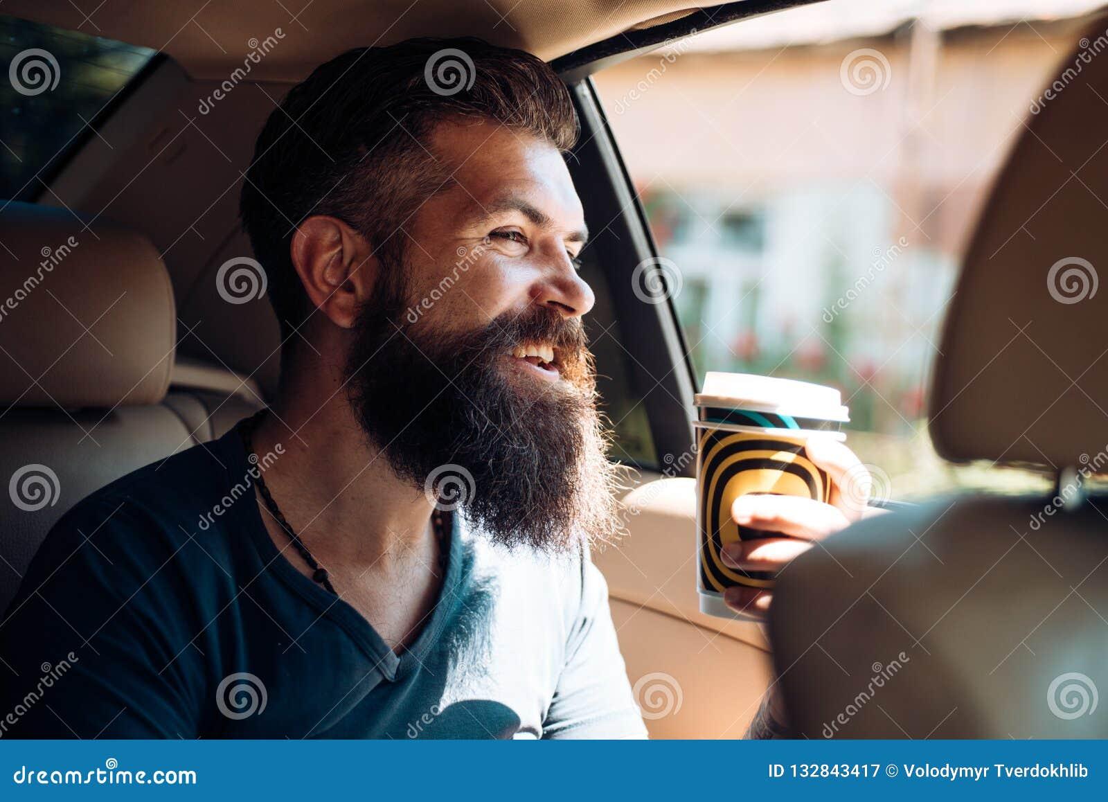 Homme barbu Hippie mûr avec la barbe Soin masculin de coiffeur Hippie caucasien brutal avec la moustache Café de matin heureux