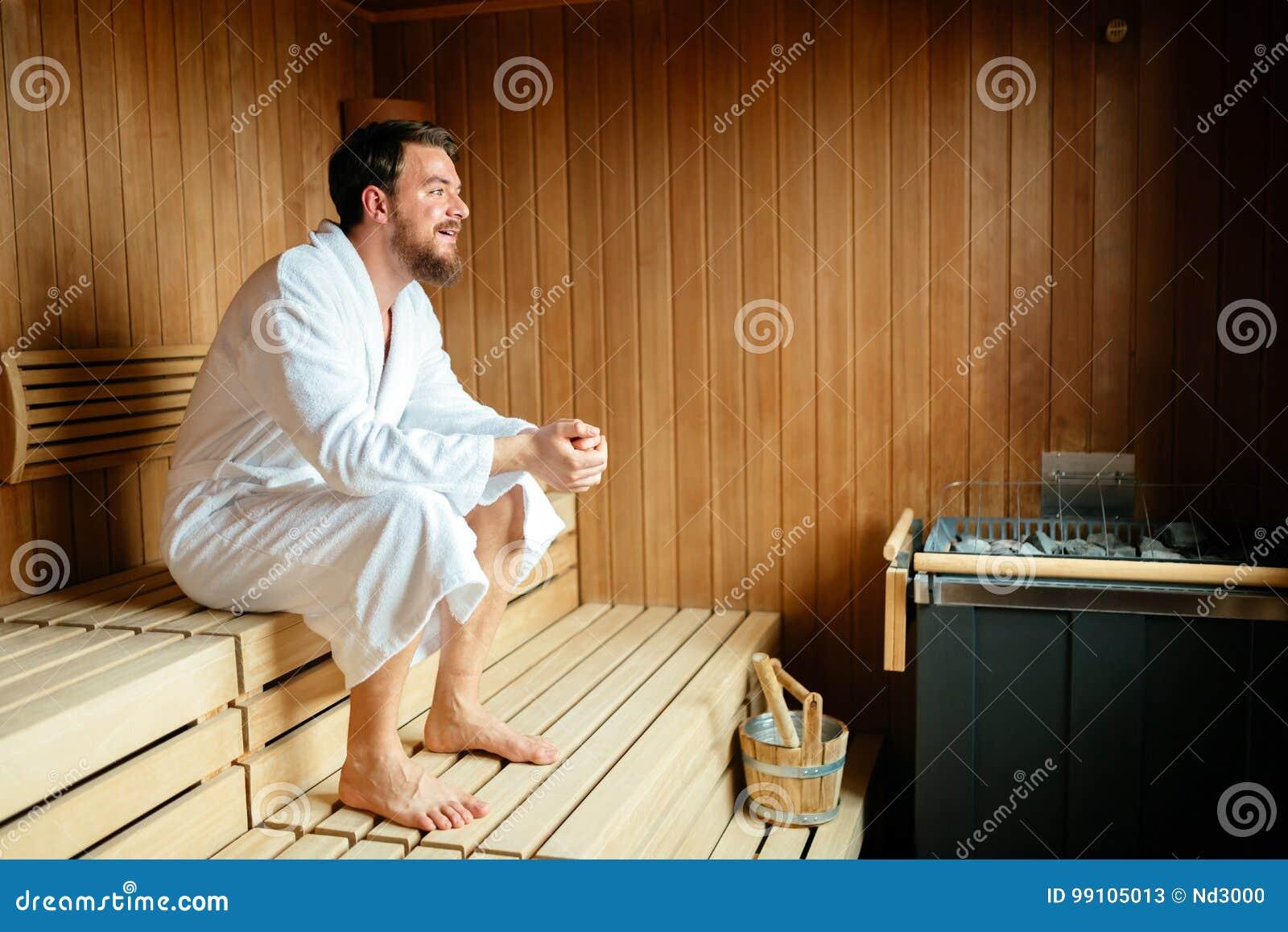 Homme bel détendant dans le sauna