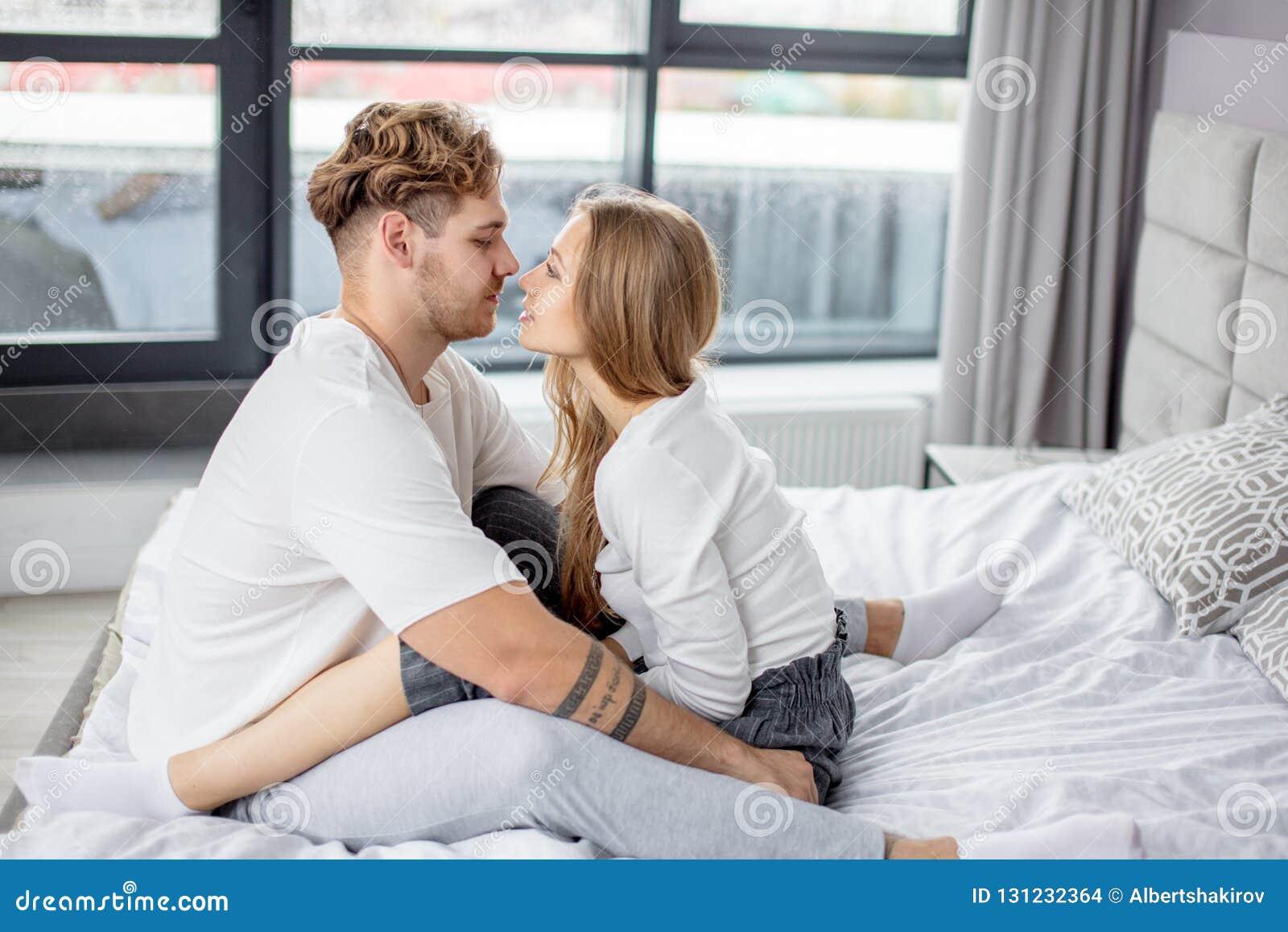 Homme Bel Et Belle Femme Dans L Extase De L Amour Photo Stock Image Du Desir Hommes 131232364
