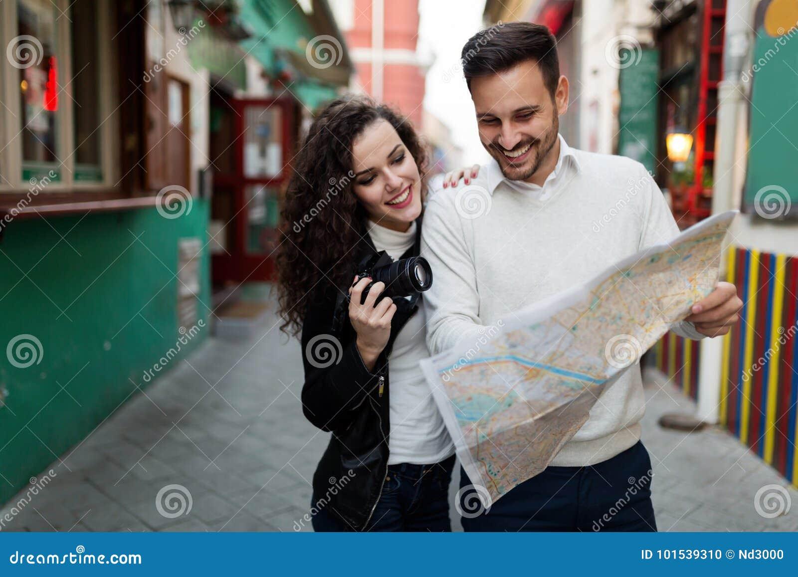 Homme bel et femme mignonne regardant la carte