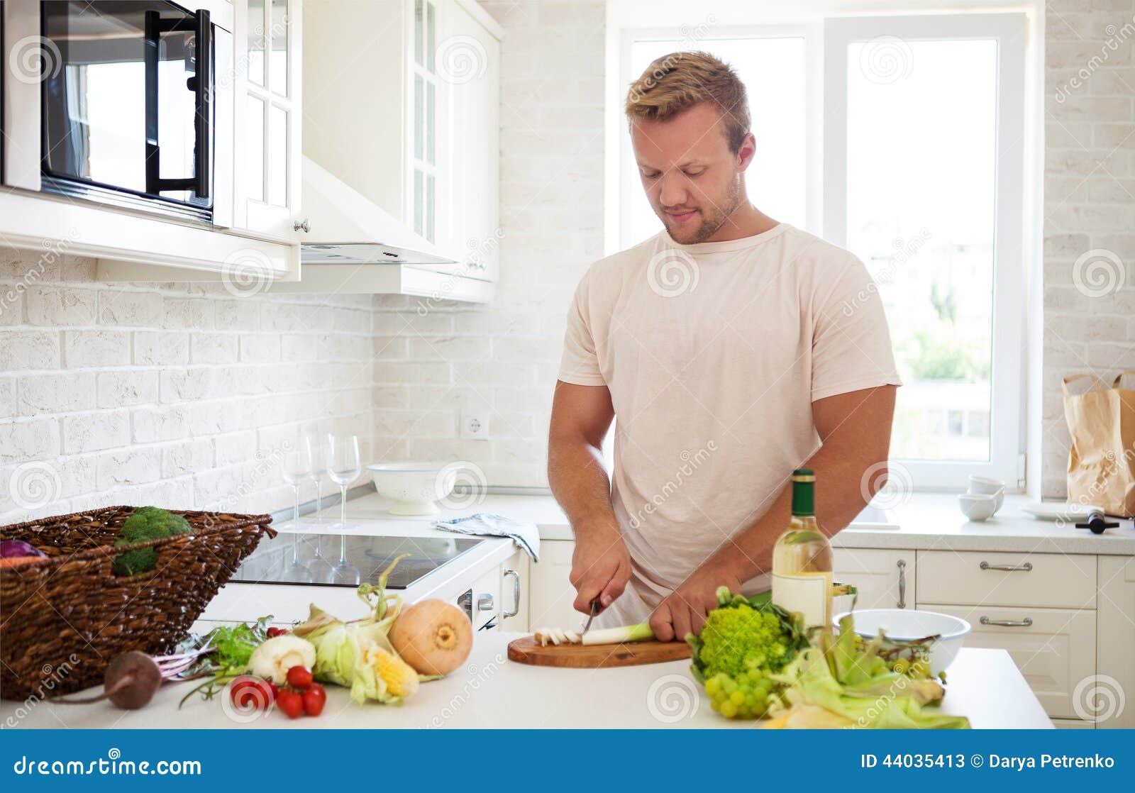 Homme bel faisant cuire la maison pr parer la salade for Asticots dans la cuisine