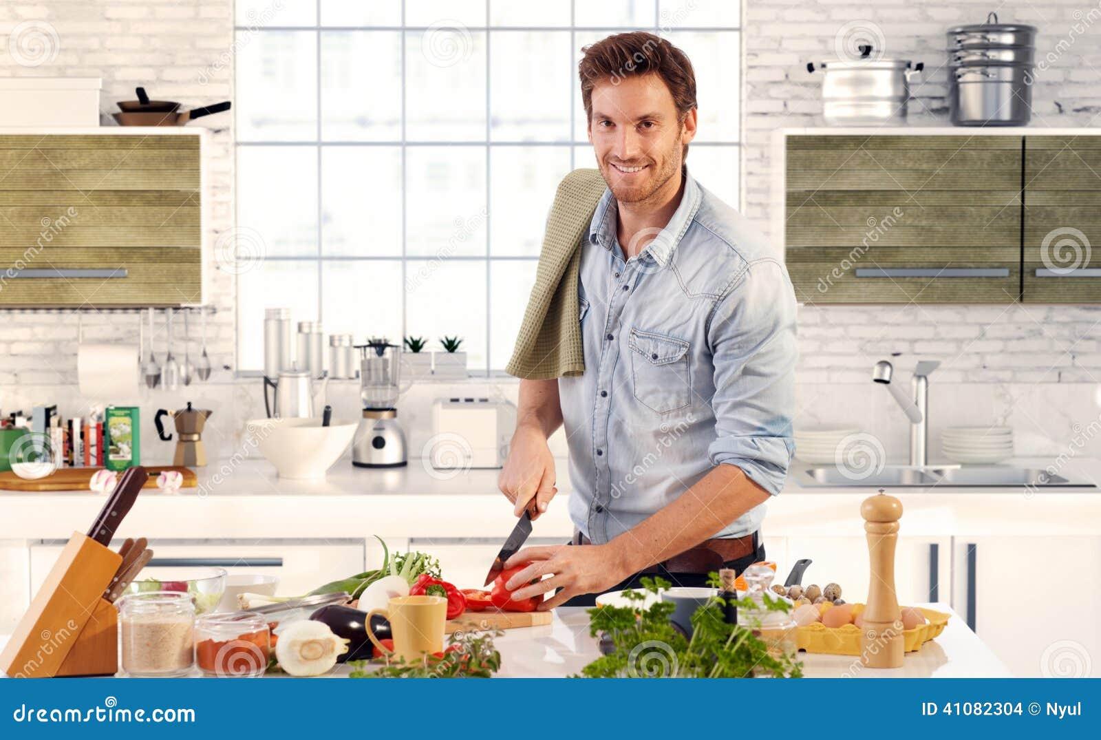 homme bel faisant cuire dans la cuisine la maison photo stock image 41082304. Black Bedroom Furniture Sets. Home Design Ideas