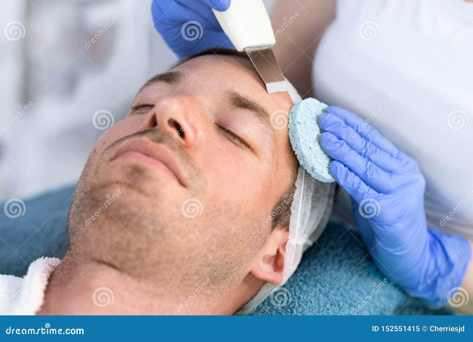 Homme bel sur le traitement de la peau faciale