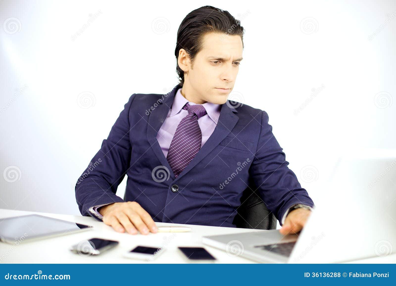 Homme bel travaillant au bureau avec le pc photos libres de droits image 36136288 for Photos gratuites travail bureau