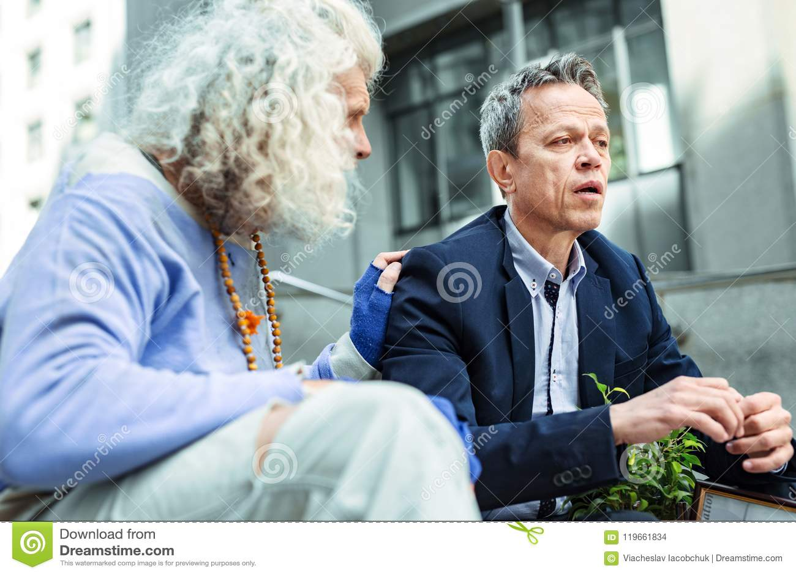 Homme bienfaisant de hippie calmant l étranger émotif