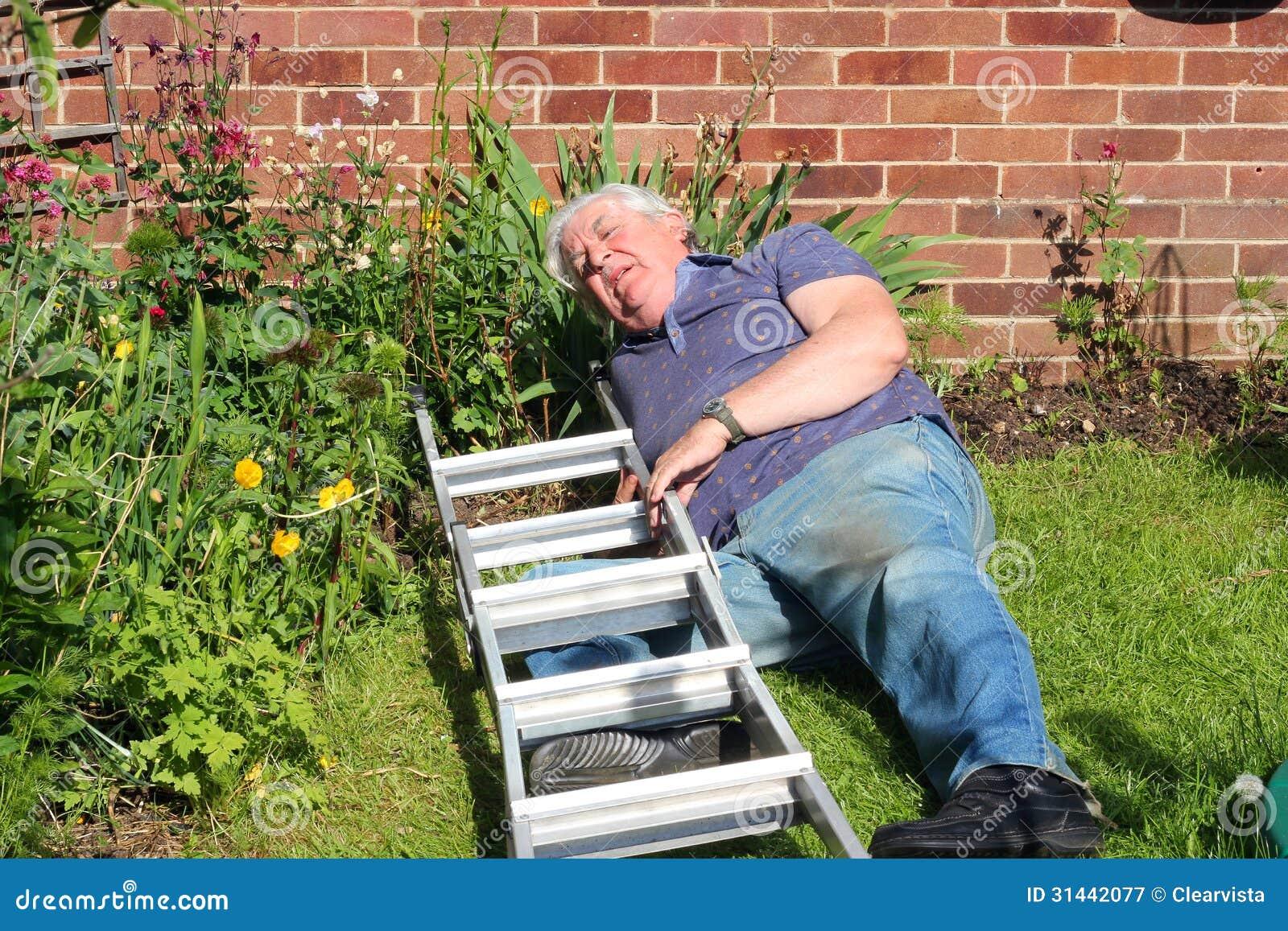homme bless apr s chute d 39 une chelle image stock image du bless danger 31442077. Black Bedroom Furniture Sets. Home Design Ideas