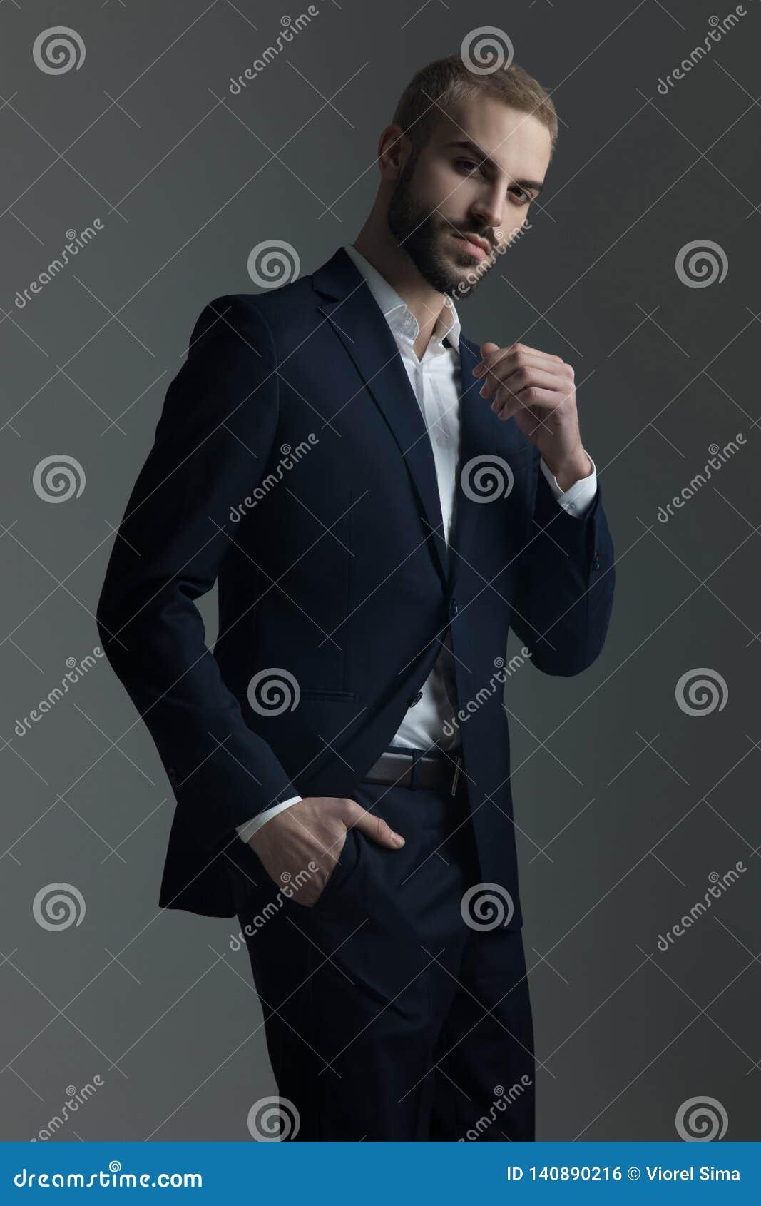 Homme blond dans le costume avec la main dans sa poche