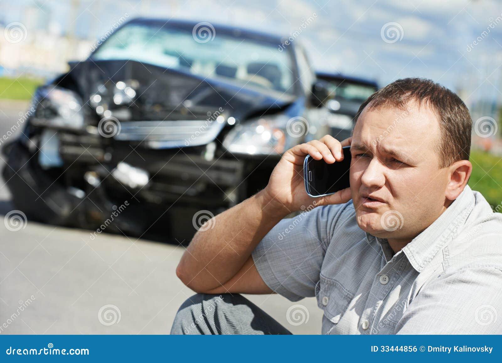 Homme bouleversé de conducteur après accident de voiture
