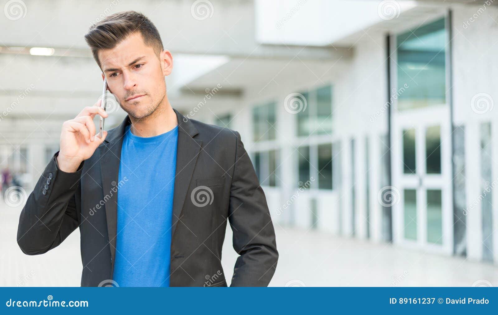 Homme bouleversé parlant au téléphone portable