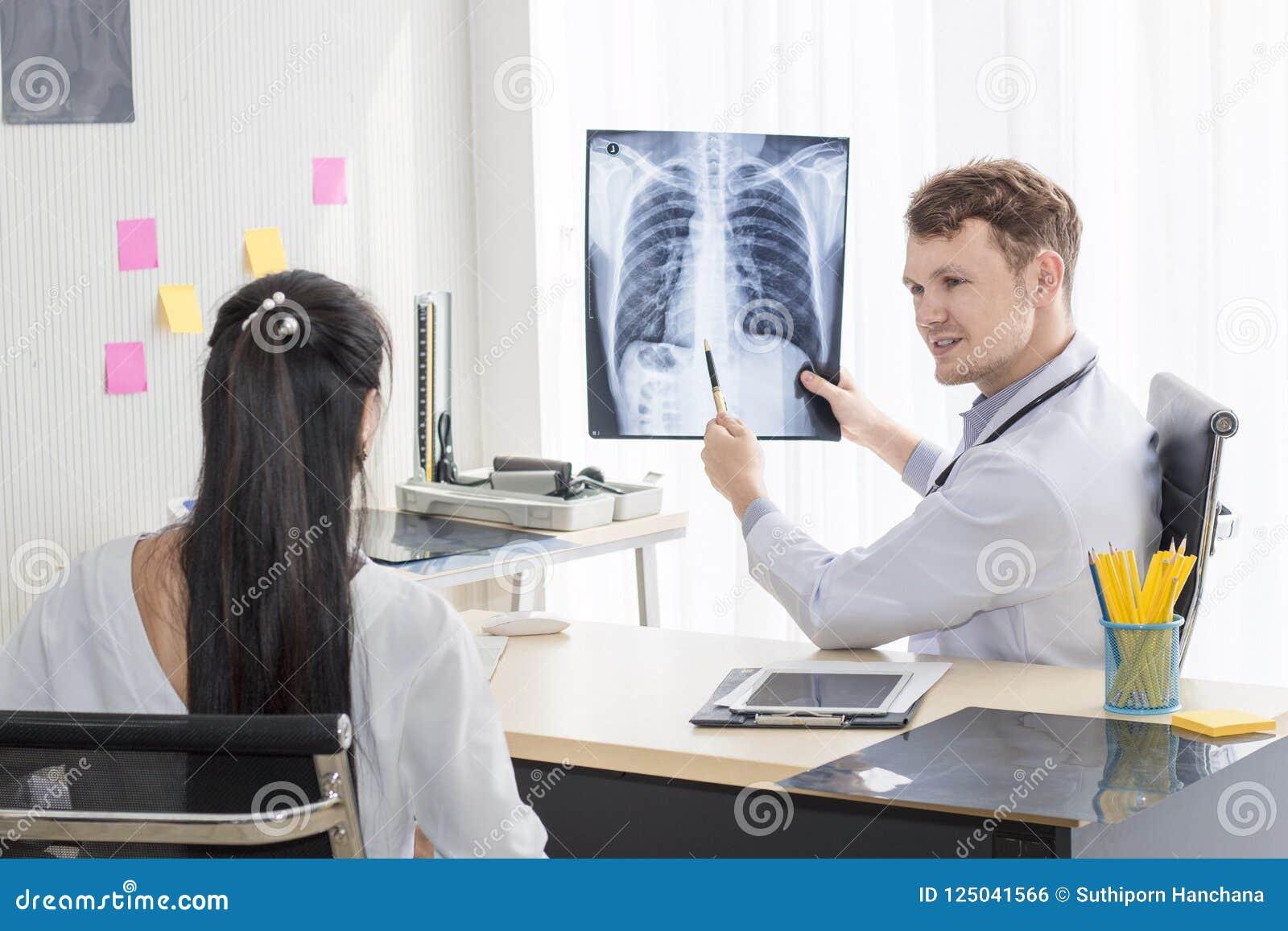 Homme caucasien de professionnels médicaux tenant le rayon X