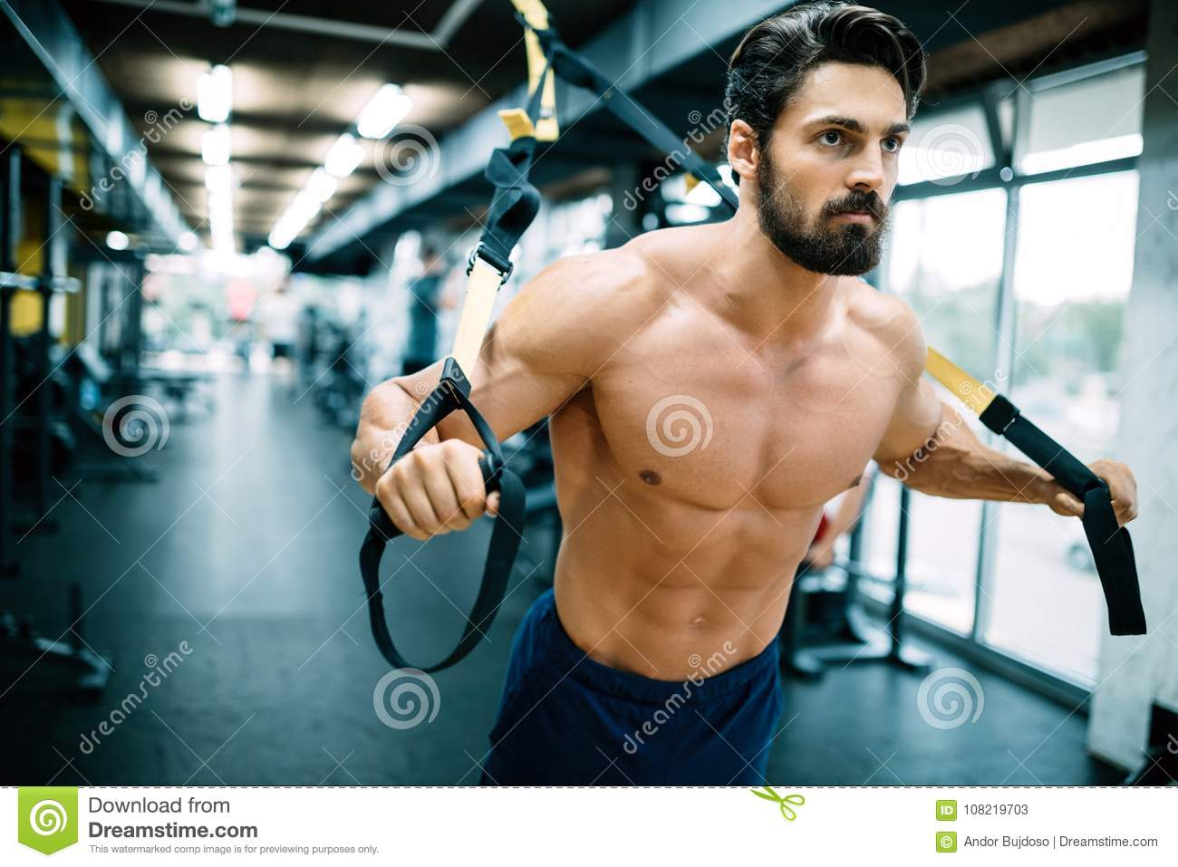 Homme caucasien exerçant le trx de formation de suspension