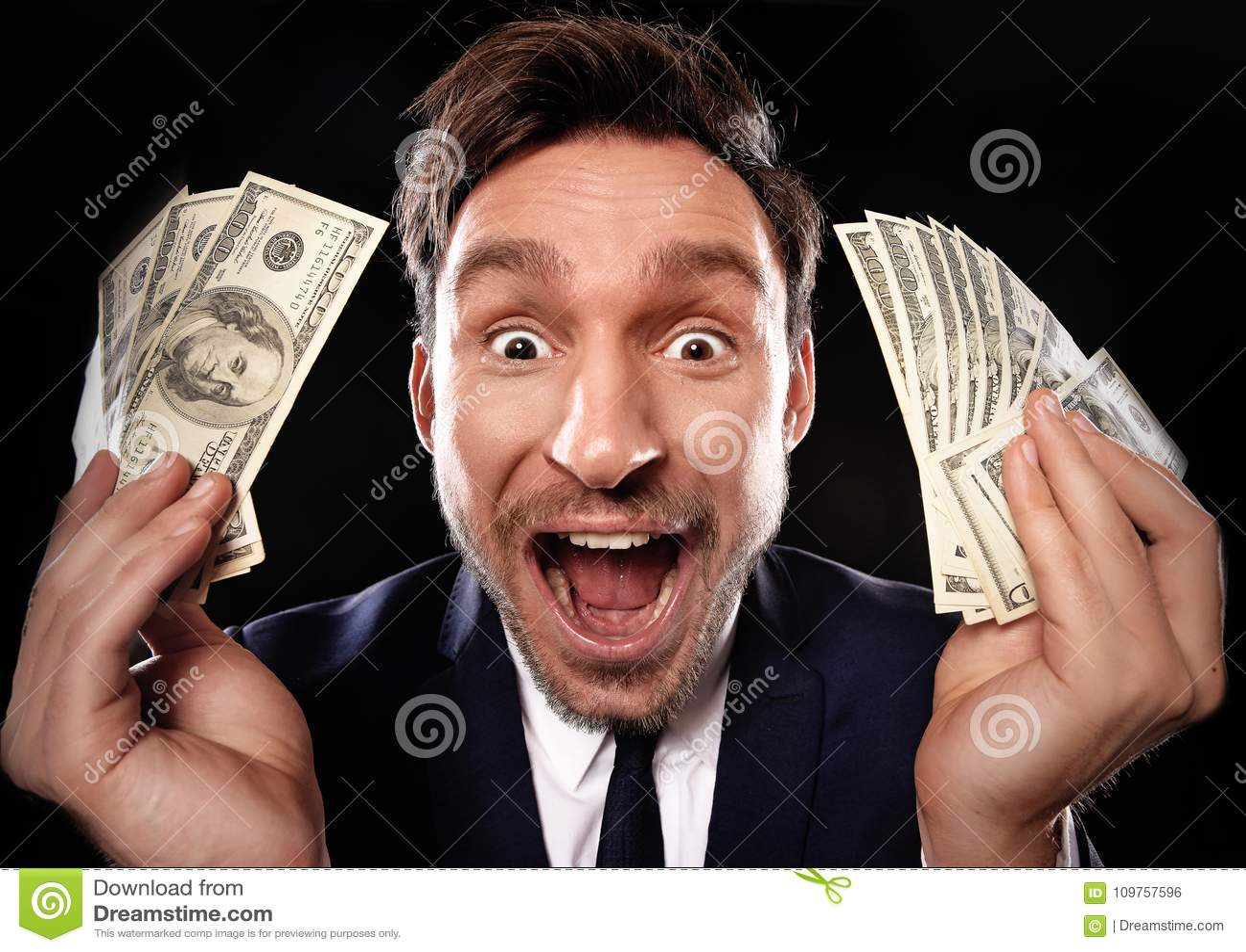 Homme chanceux tenant l argent de billet d un dollar 100 dans sa main