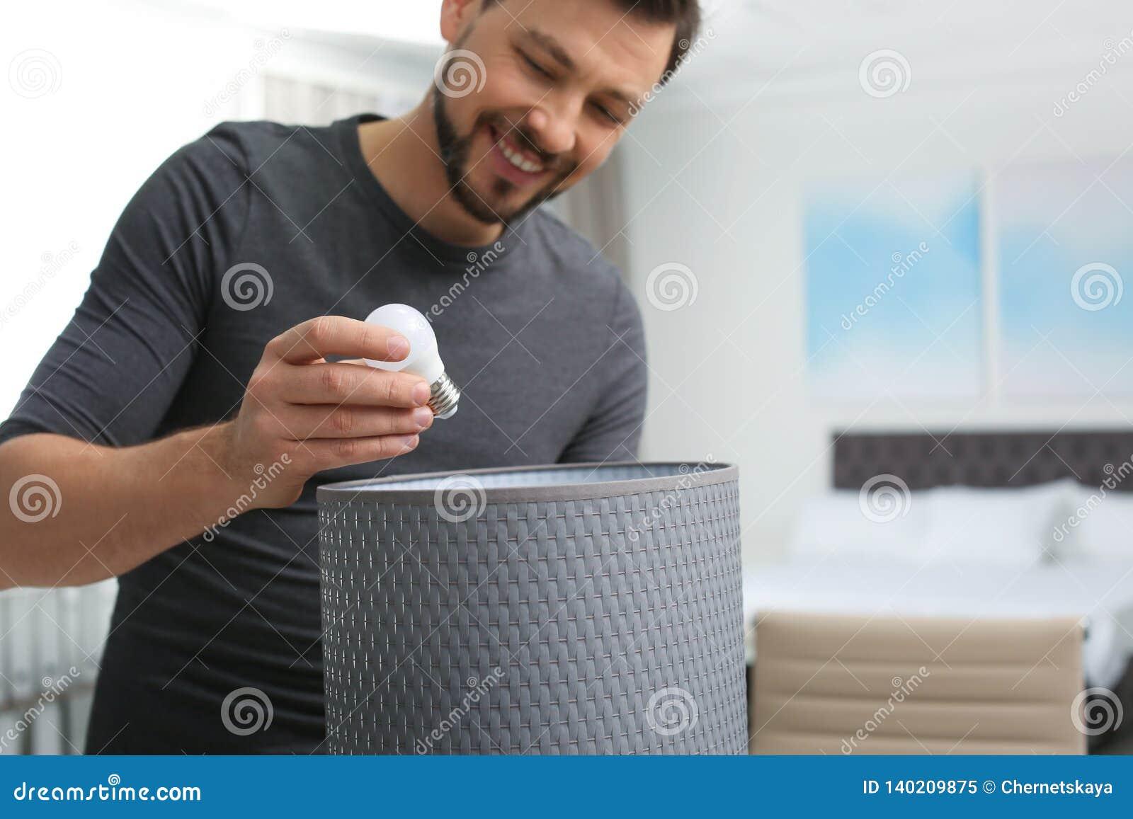 Homme changeant l ampoule