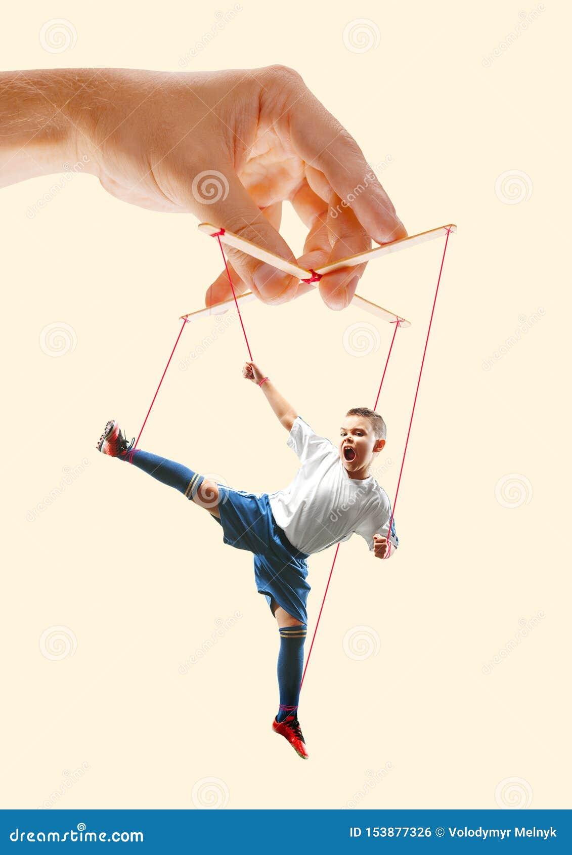 Homme comme une marionnette dans des mains de somebodies Concept de manipulation
