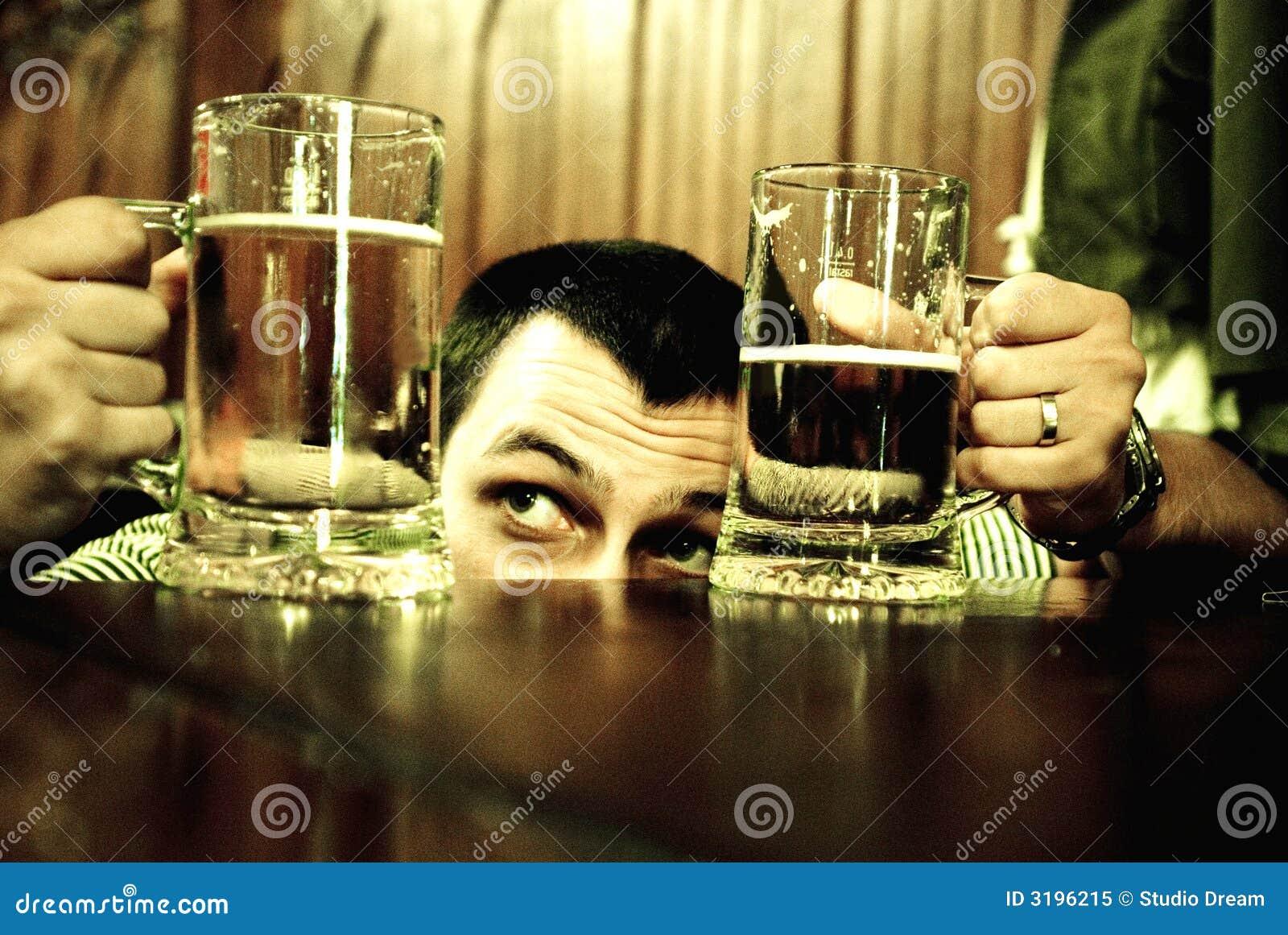 Homme comparant des tasses de bière