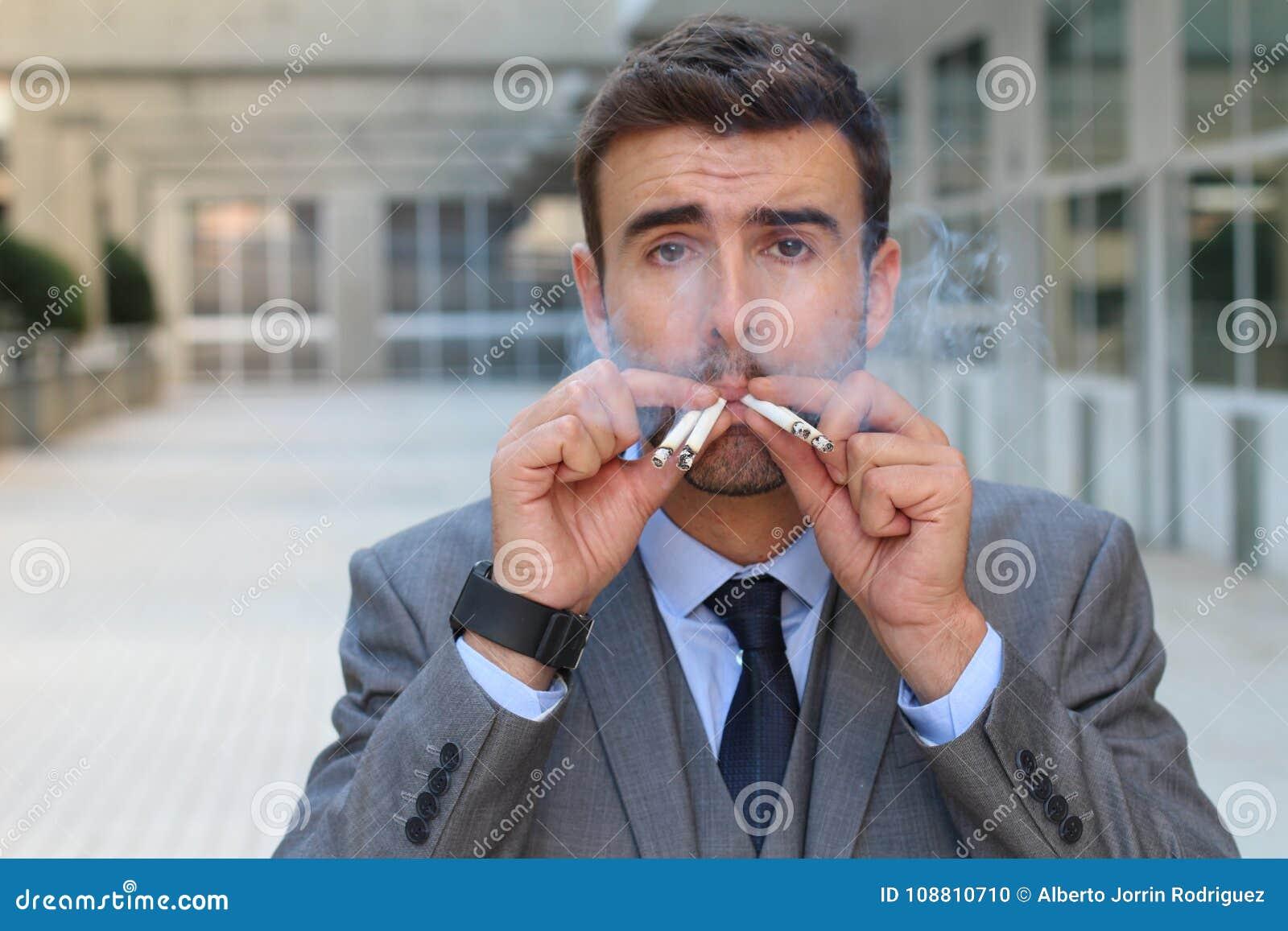 Homme compulsif avec une toxicomanie intense