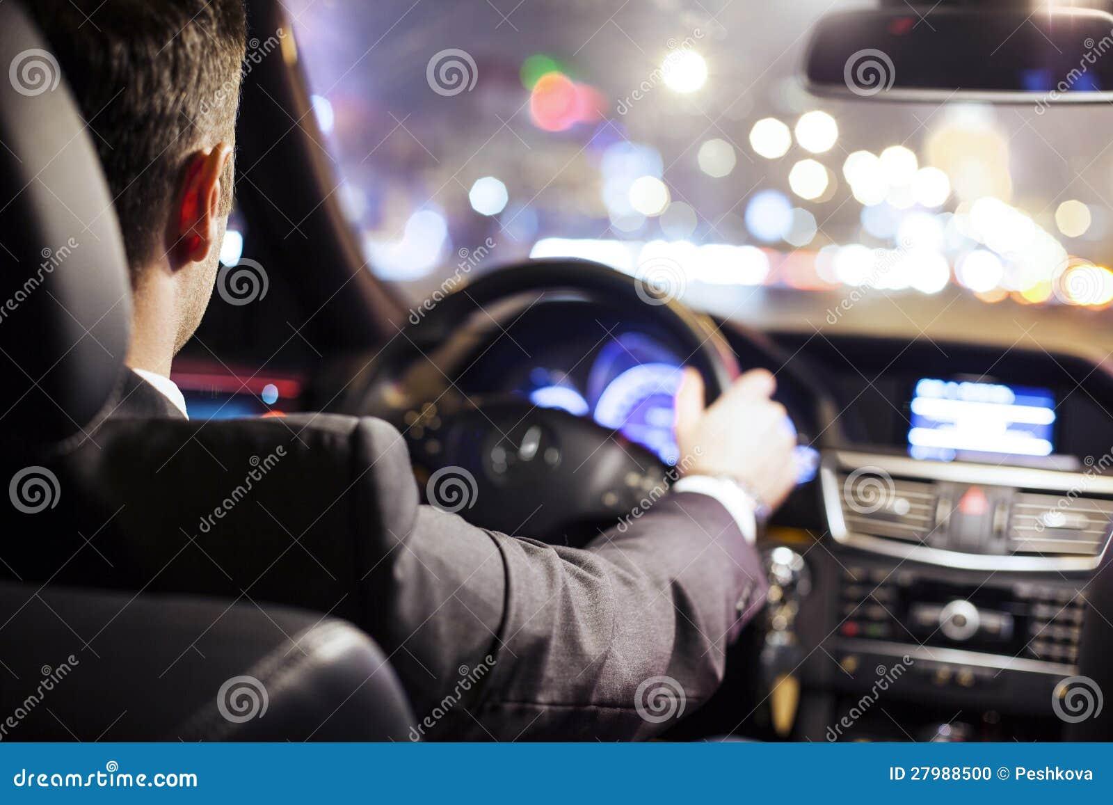 Homme conduisant le véhicule