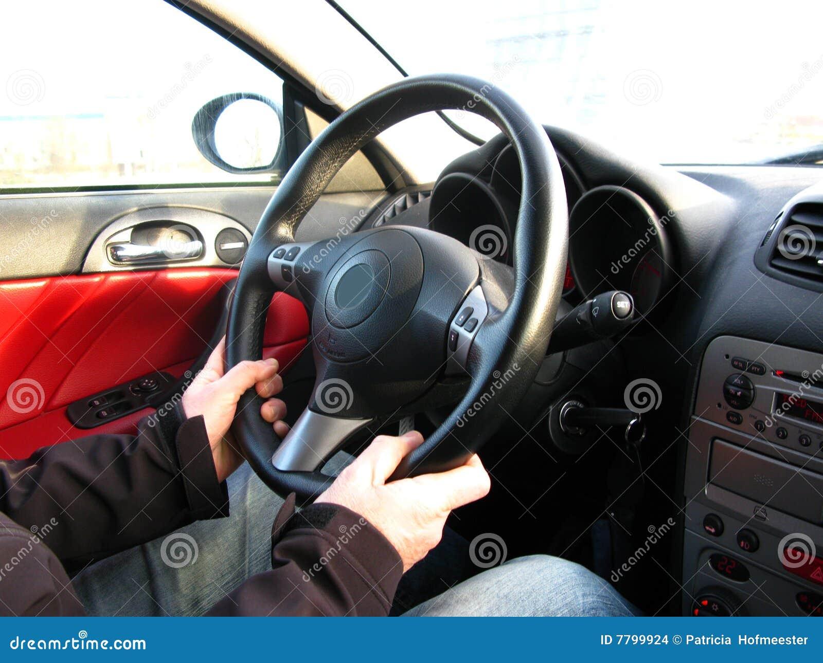 Homme conduisant un véhicule