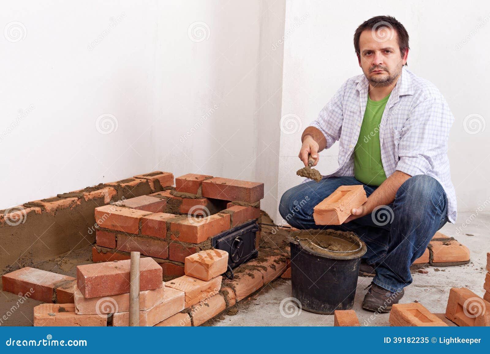 homme construisant un fourneau ou une chemin e de brique photo stock image 39182235. Black Bedroom Furniture Sets. Home Design Ideas