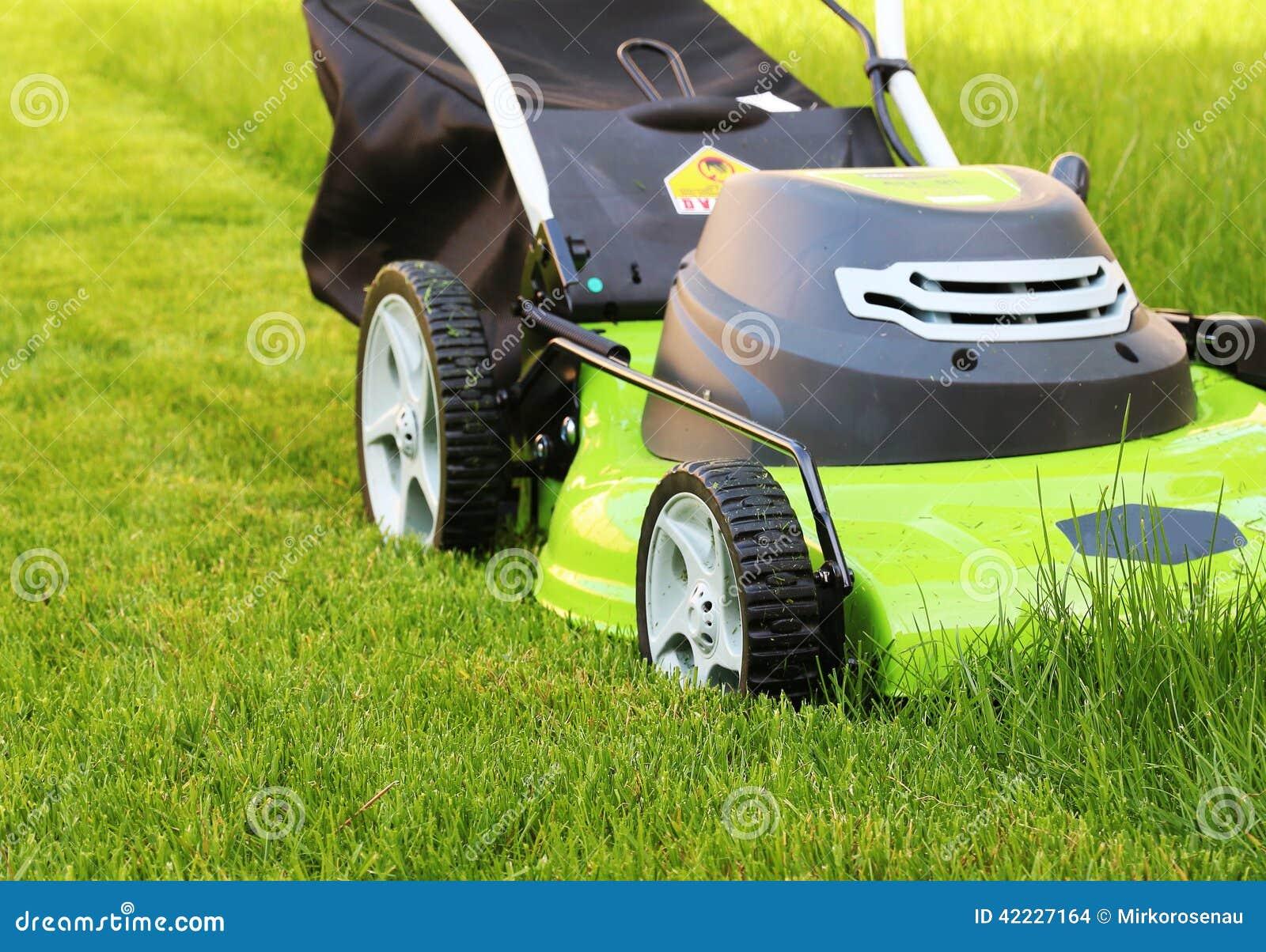 Homme coupant l herbe avec la tondeuse à gazon