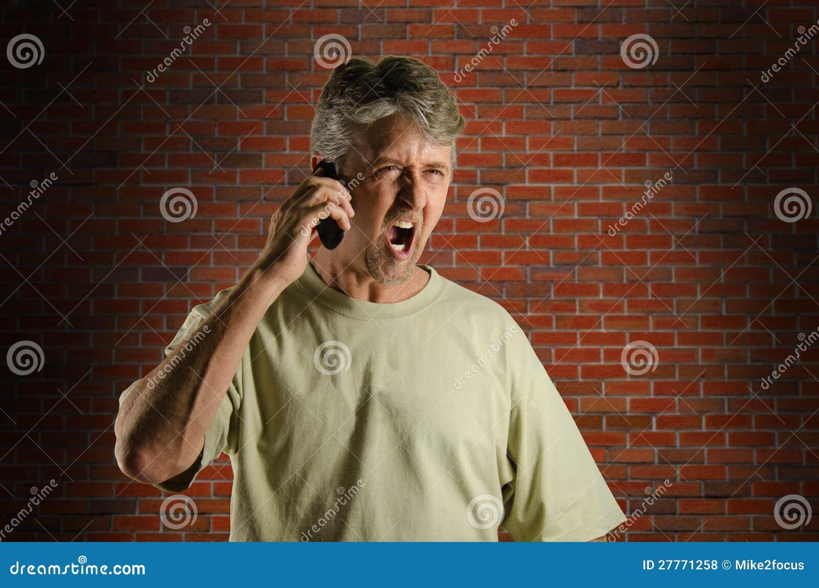 Homme criard fâché sur un téléphone portable
