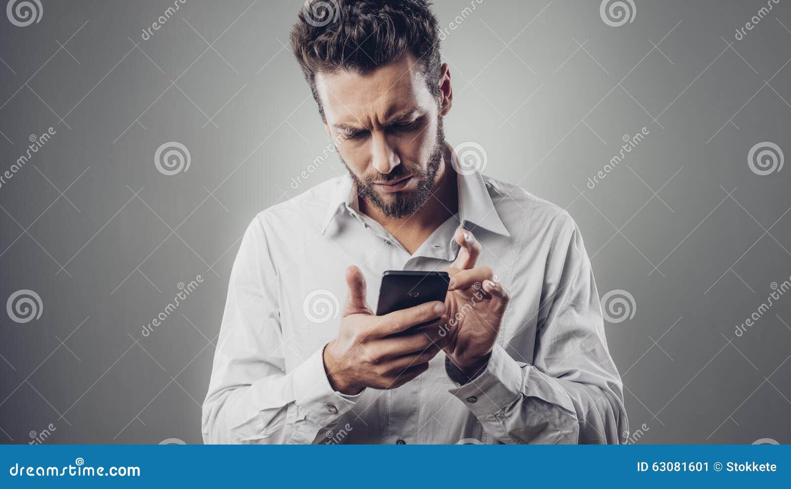Download Homme Déçu Dactylographiant Avec Son Smartphone Image stock - Image du mobile, messaging: 63081601