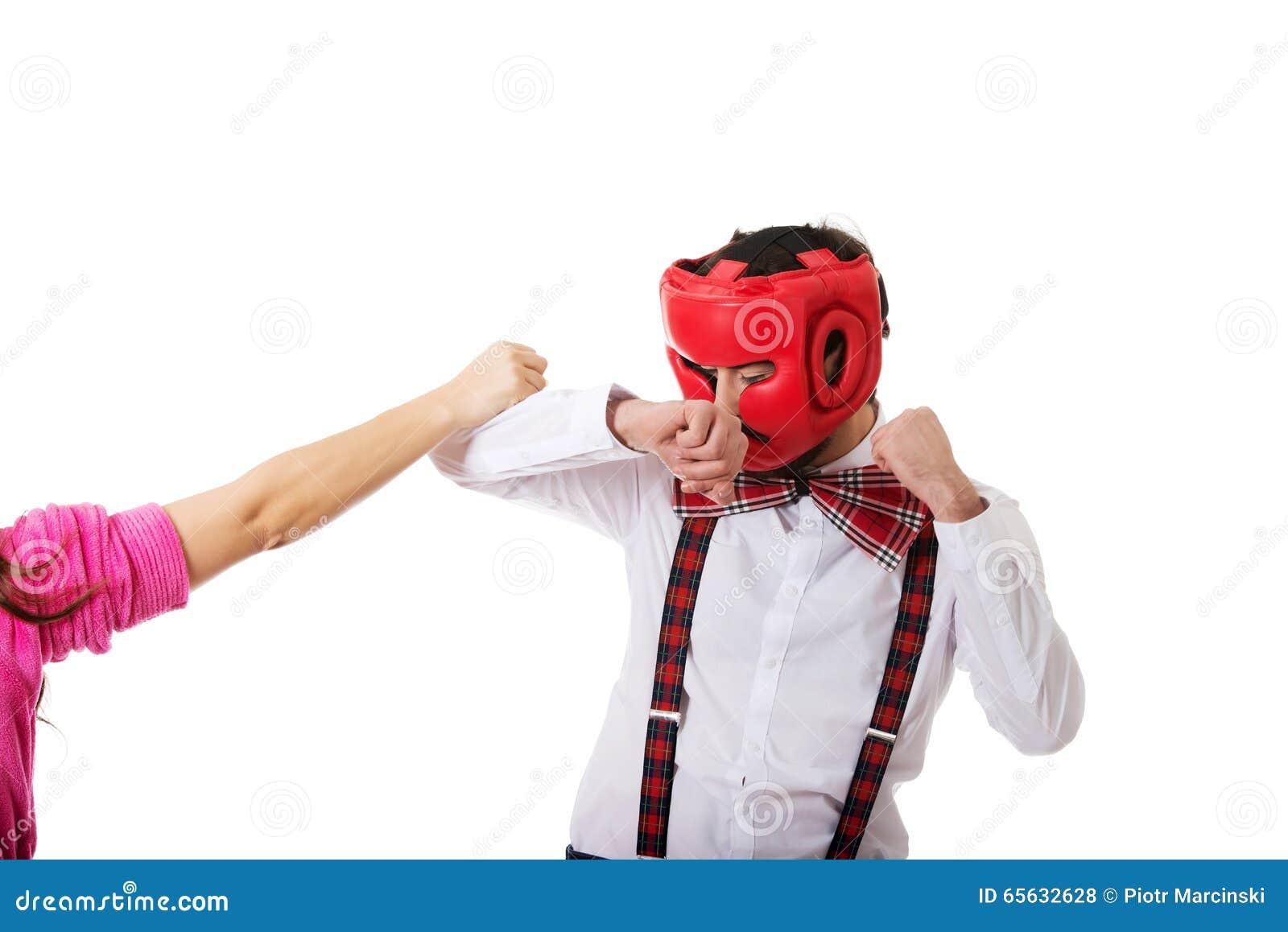 Homme défendant contre la course de la femme