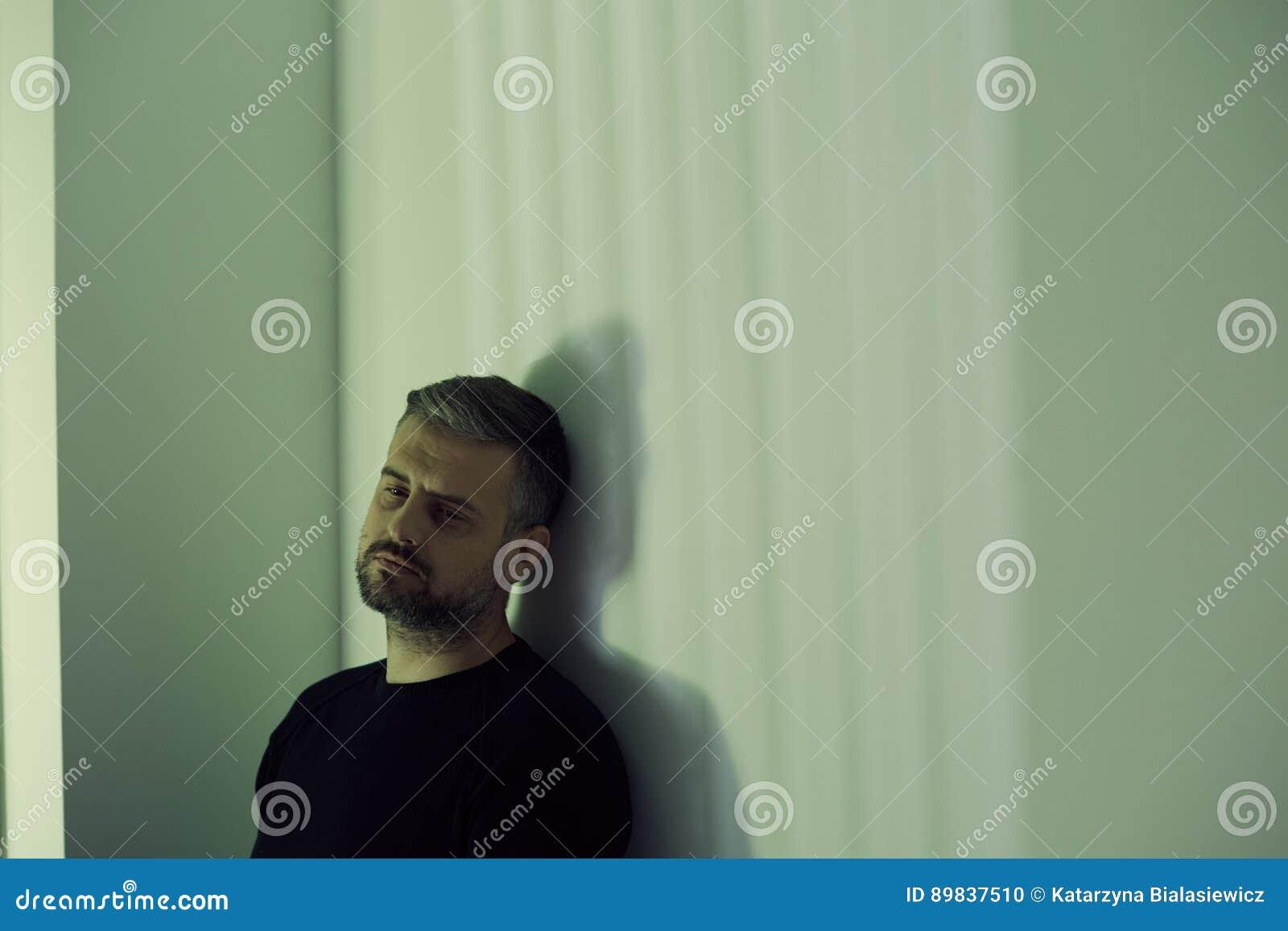 Homme déprimé seul