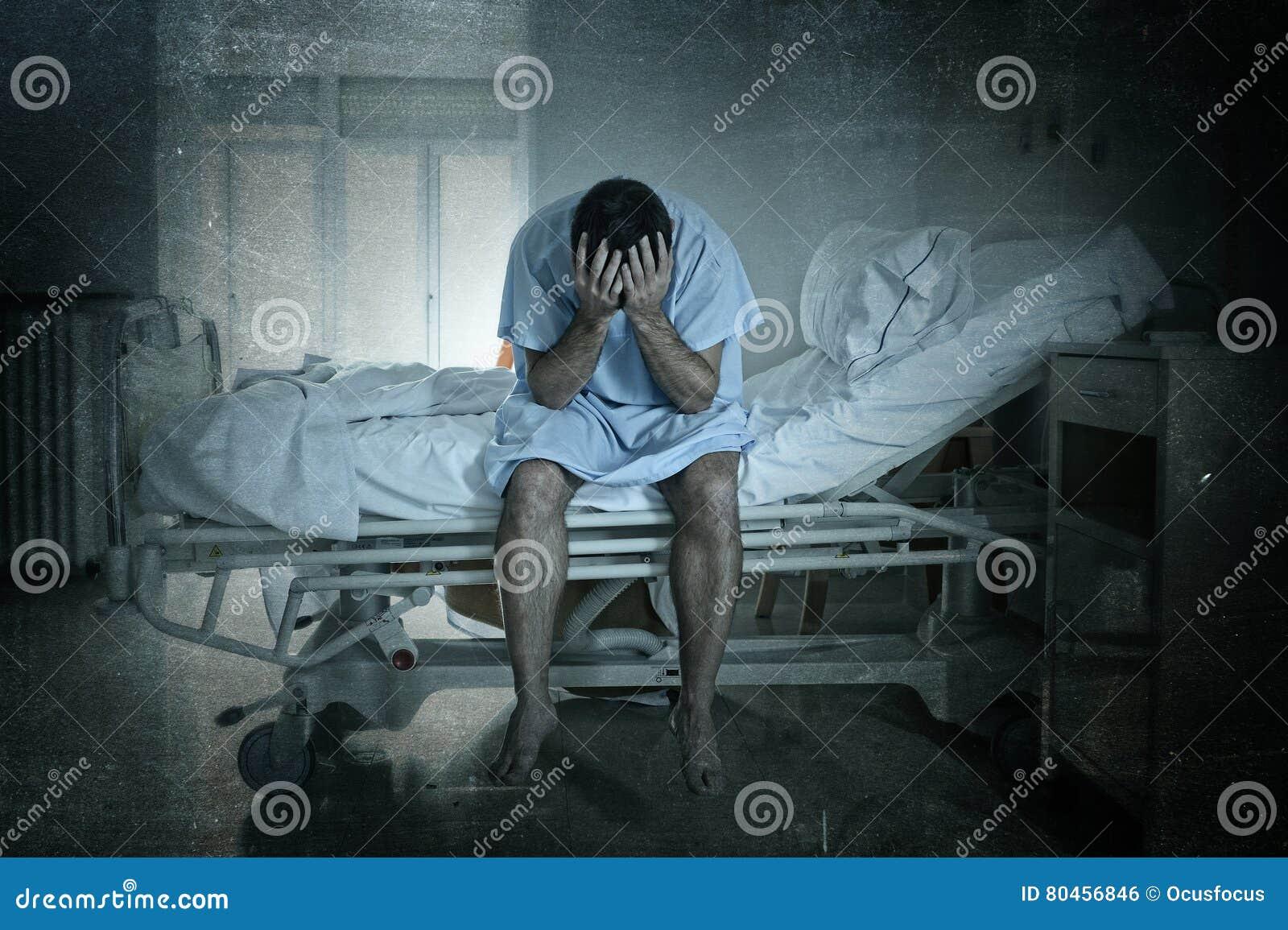 Homme désespéré s asseyant au lit d hôpital triste et seule à la dépression de souffrance désolée pleurant à la clinique