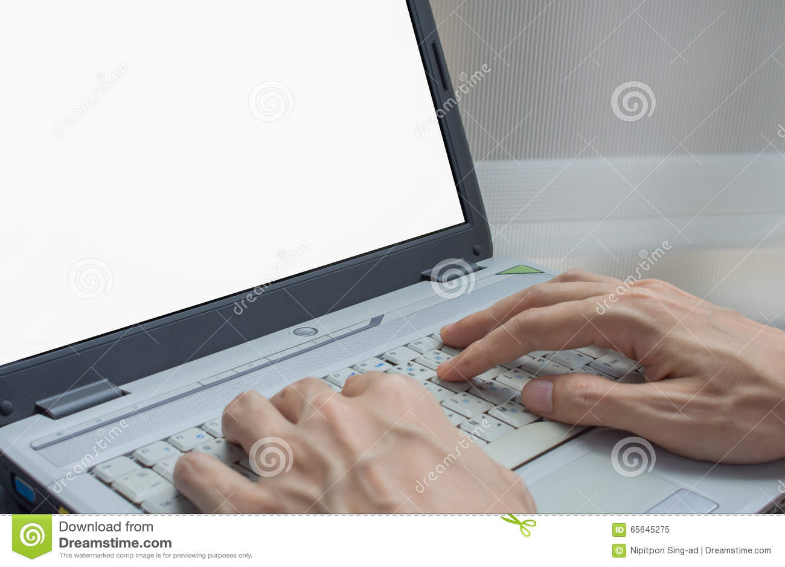 Homme d affaires à l aide de l Internet dessus et de l ordinateur portable