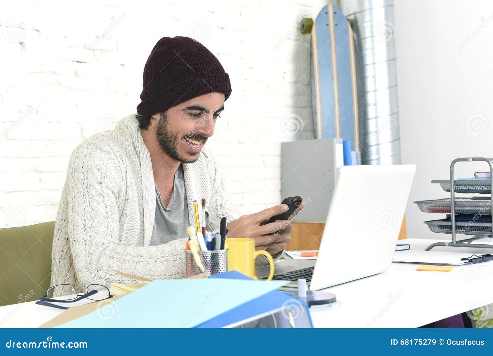 Homme d affaires à la mode utilisant l Internet au téléphone portable dans le concept indépendant d affaires