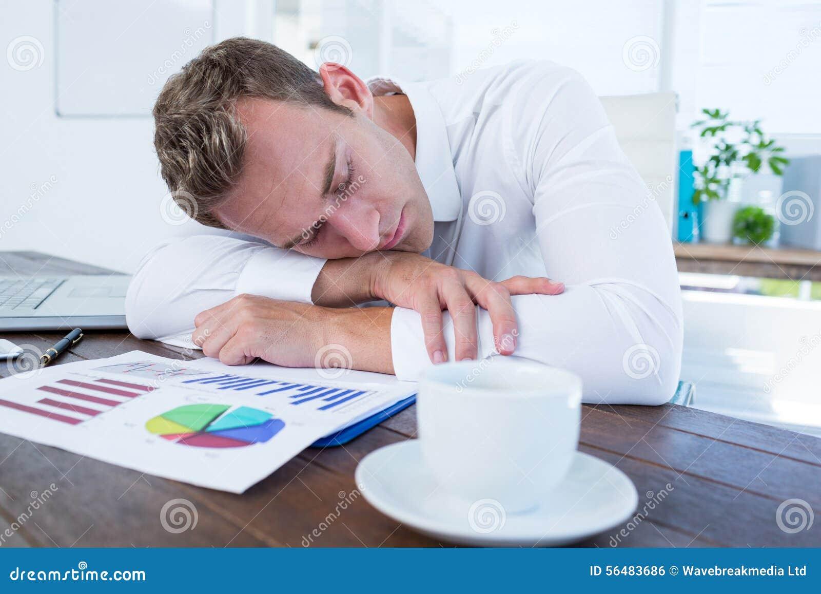 Homme d affaires épuisé dormant sur le bureau