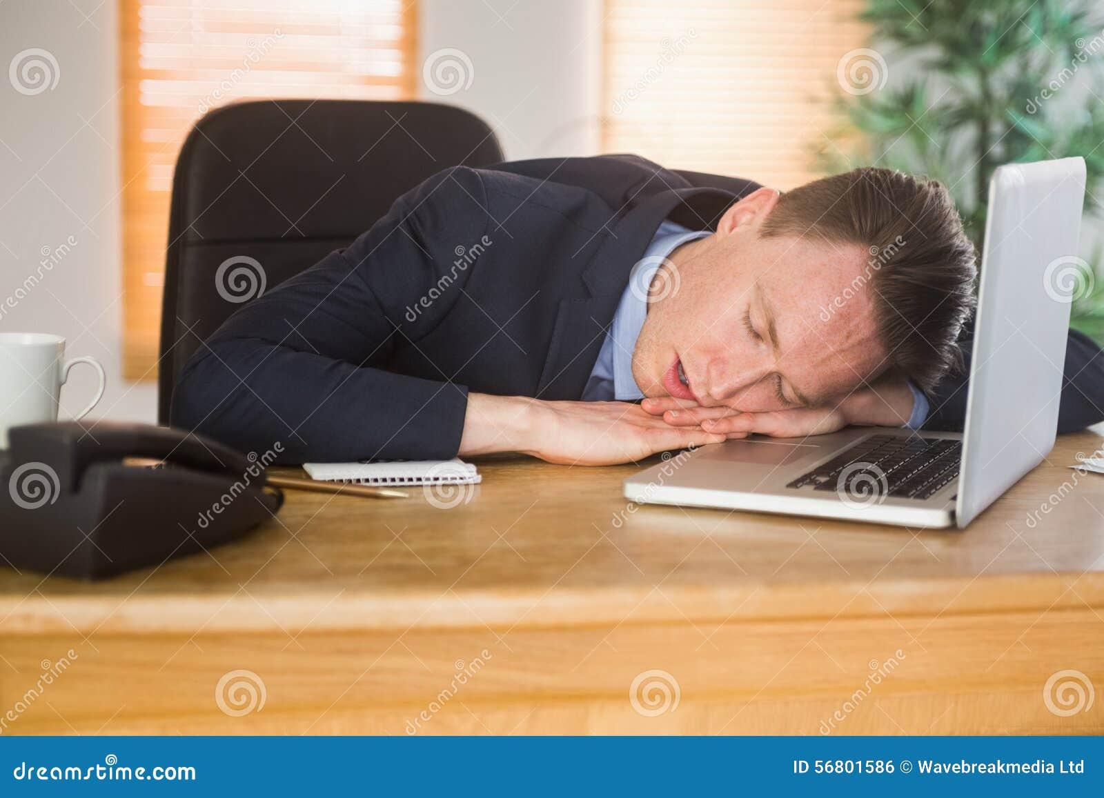 Homme D 39 Affaires Puis Dormant Sur Son Ordinateur