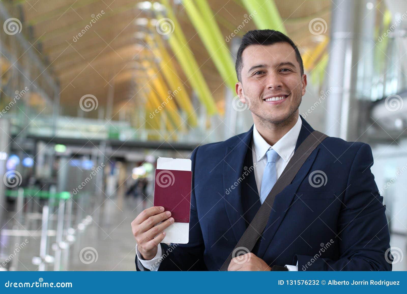 Homme d affaires étranger heureux avec son permis de travail juridique