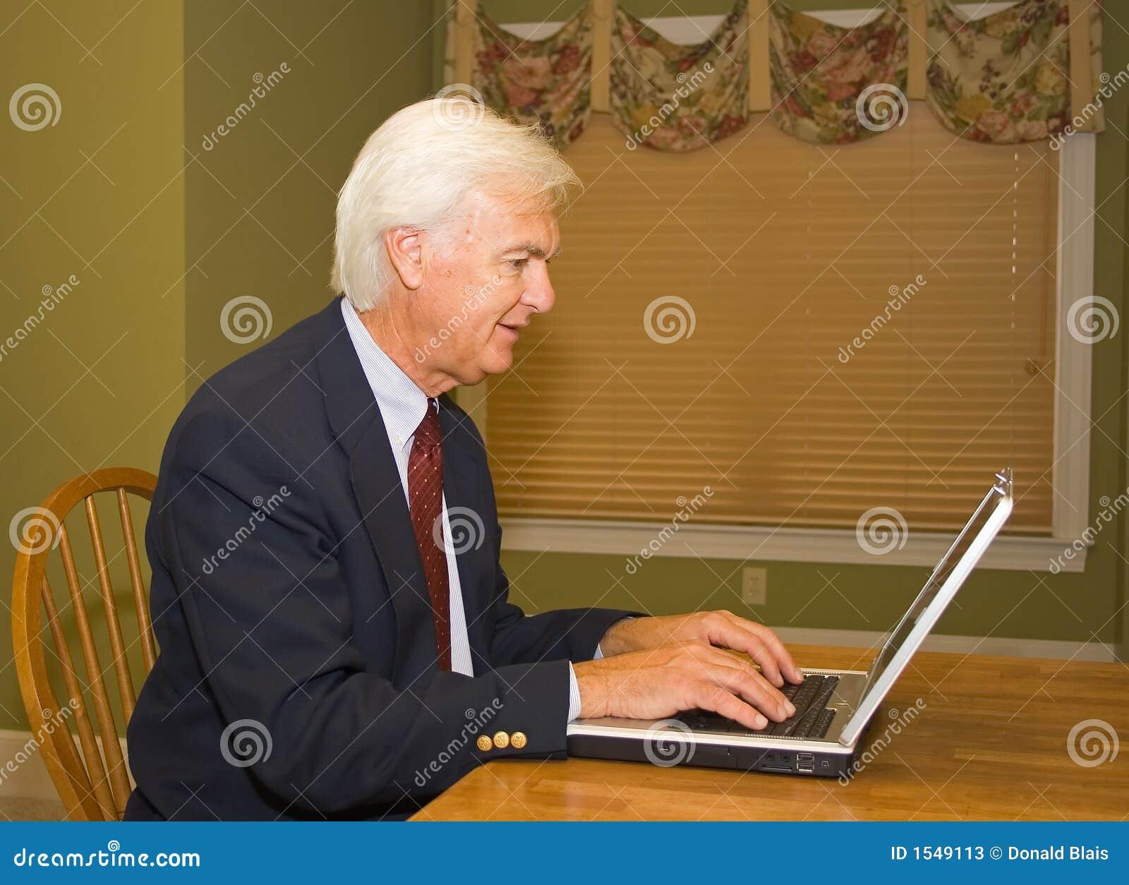 Homme d affaires aîné sur l ordinateur portatif