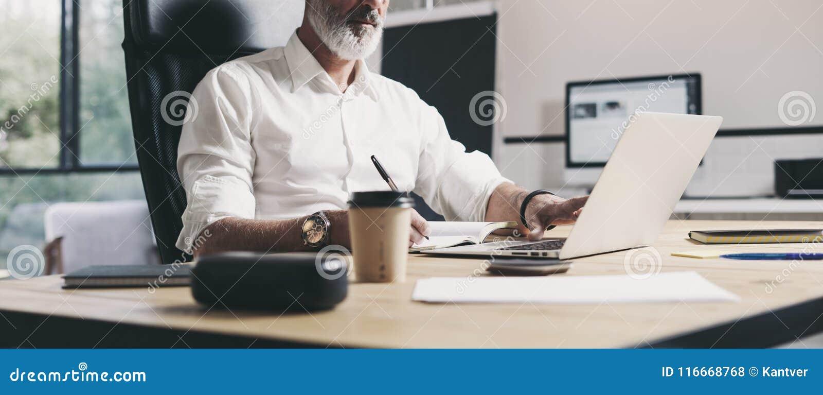 Homme d affaires adulte travaillant au bureau coworking moderne Homme sûr à l aide de l ordinateur portable mobile contemporain w