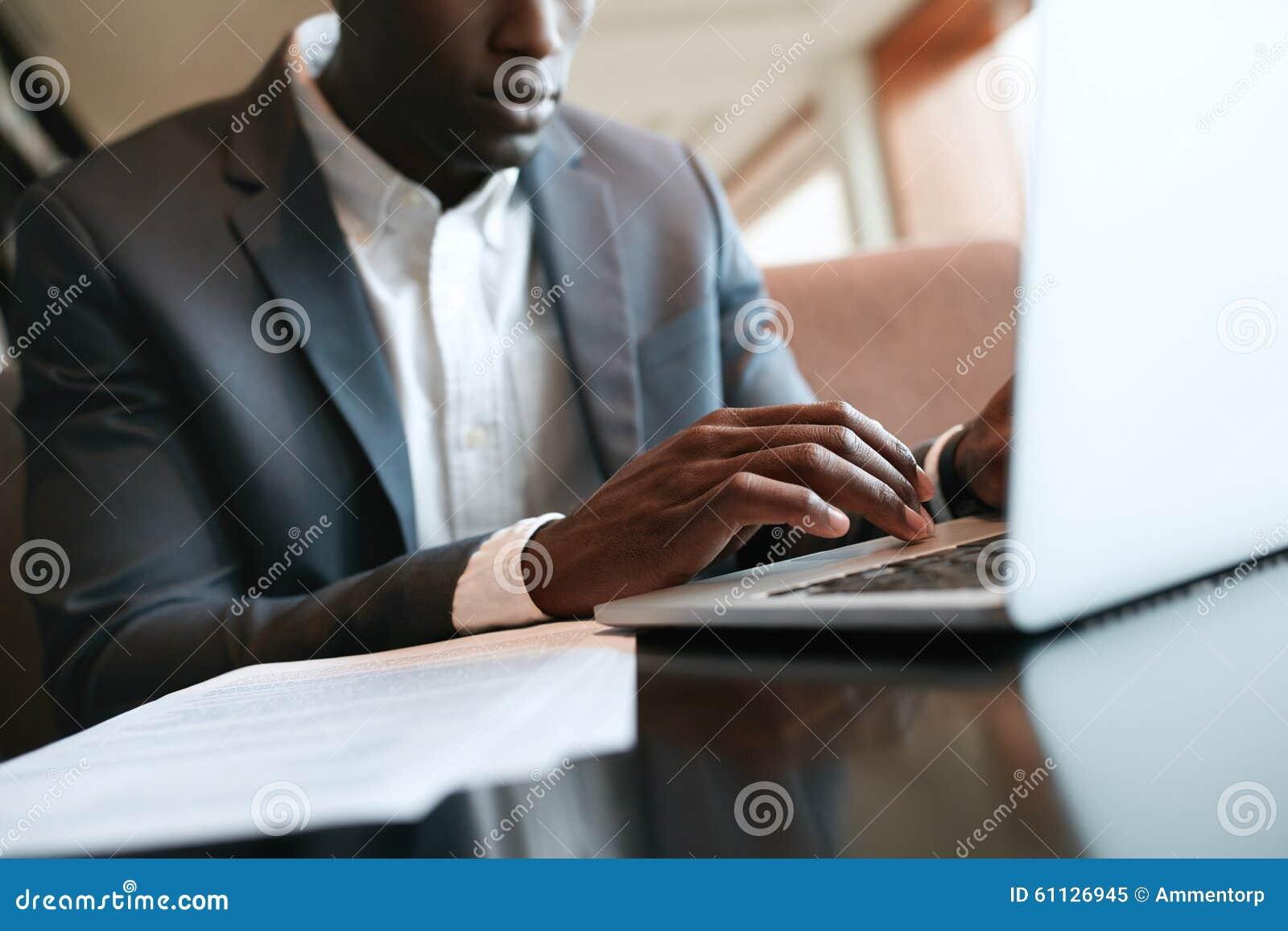 Homme d affaires africain travaillant sur l ordinateur portable au café