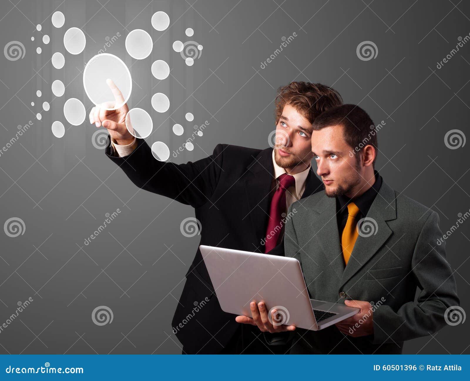 Homme d affaires appuyant le type de pointe de boutons modernes