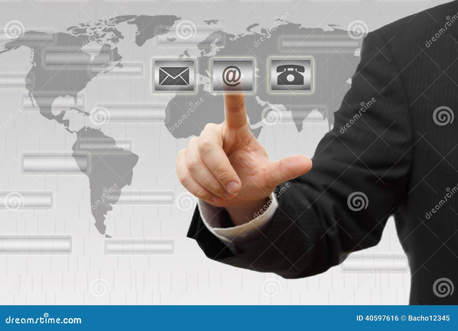 Homme d affaires appuyant sur (courrier, téléphone, email) les boutons virtuels