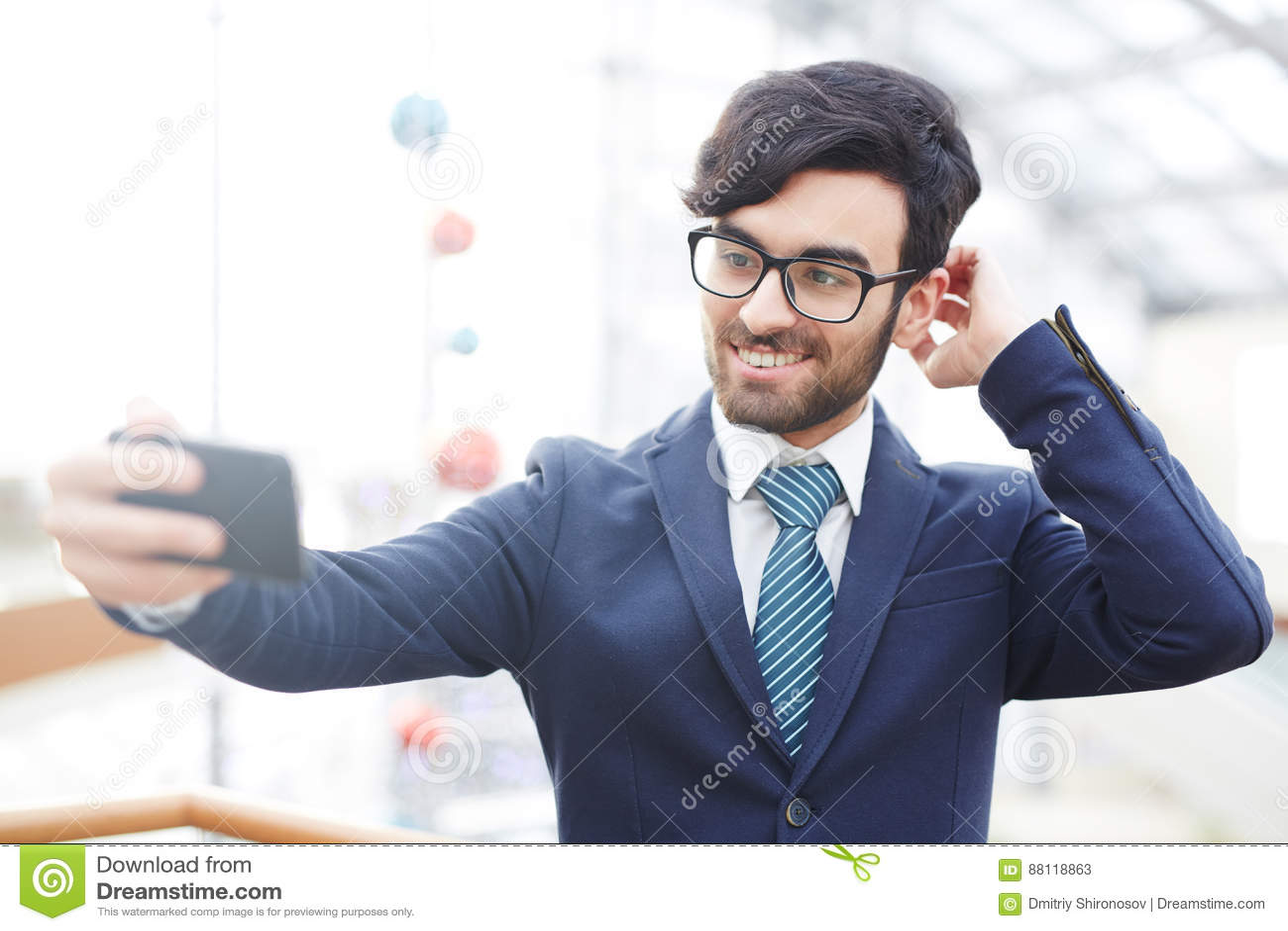 Homme d affaires arabe Taking Selfie Shot