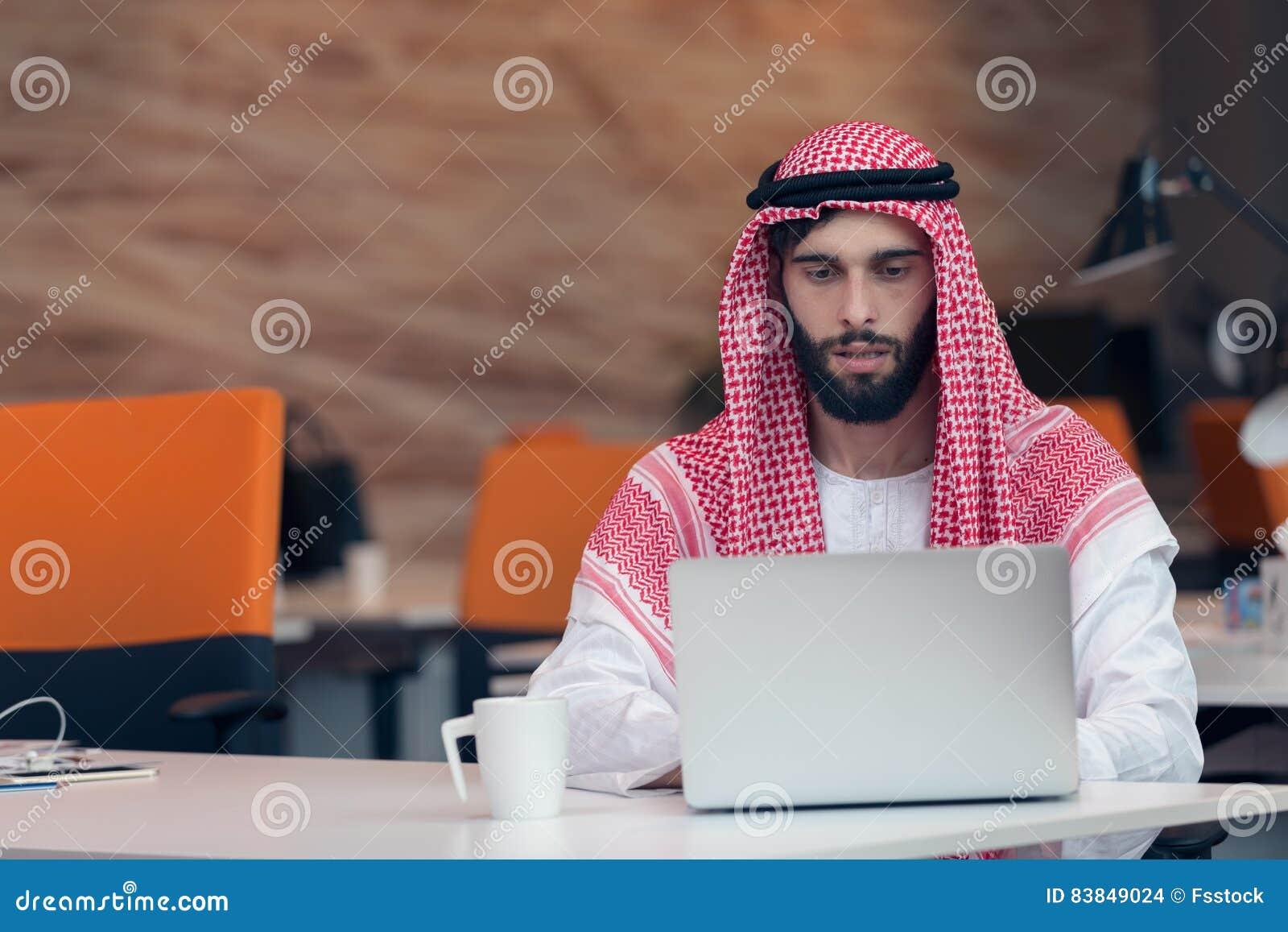 Homme d affaires arabe travaillant dans le bureau de démarrage
