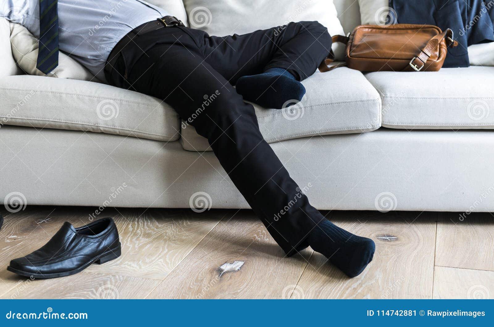 Homme d affaires asiatique faisant la pause s étendant sur le divan