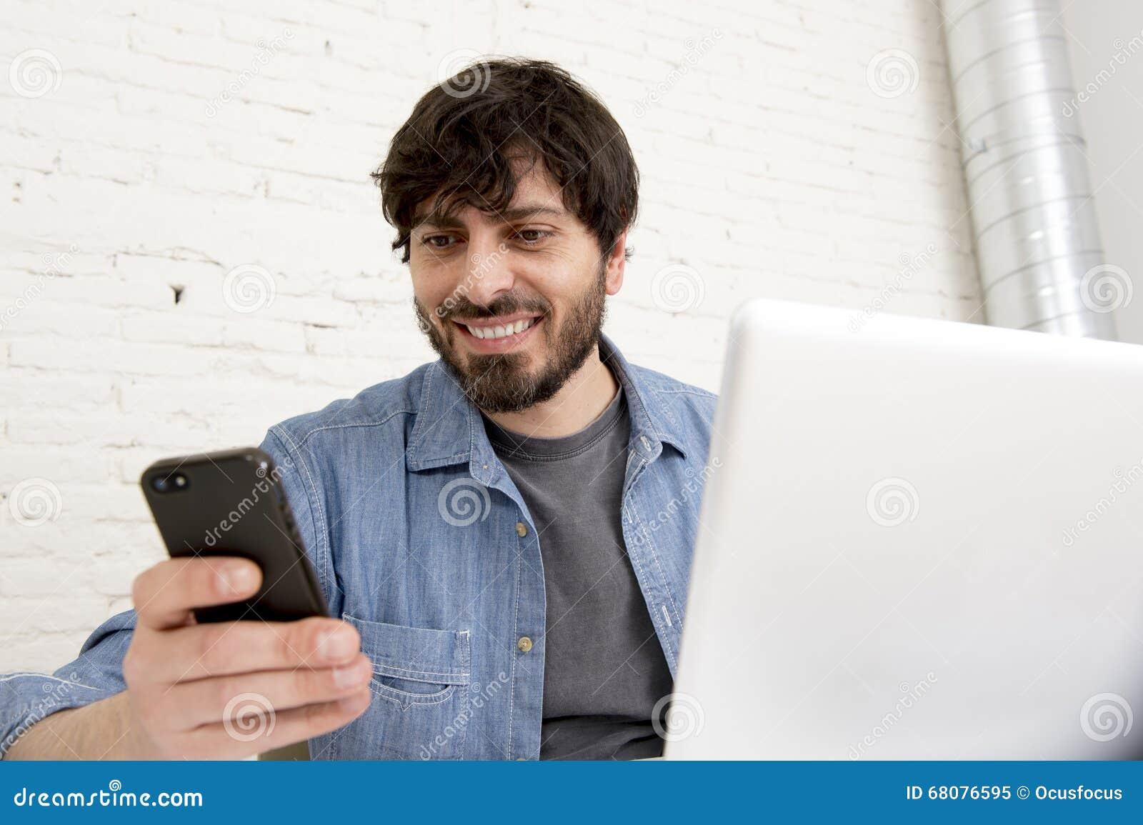 Homme d affaires attirant hispanique de hippie travaillant à la maison le bureau utilisant le téléphone portable