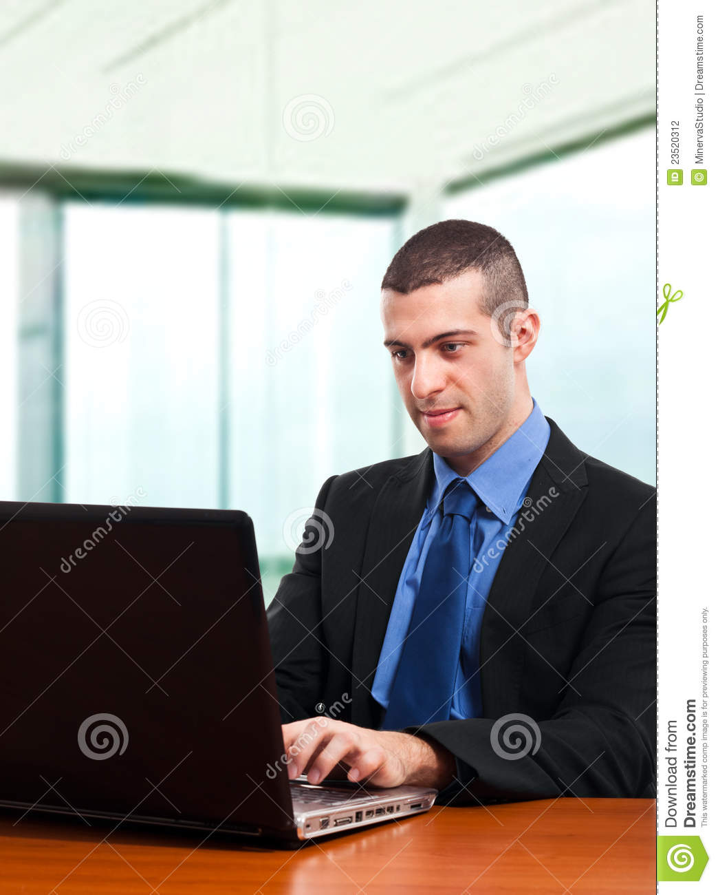 Homme d 39 affaires au bureau photographie stock image for Bureau homme