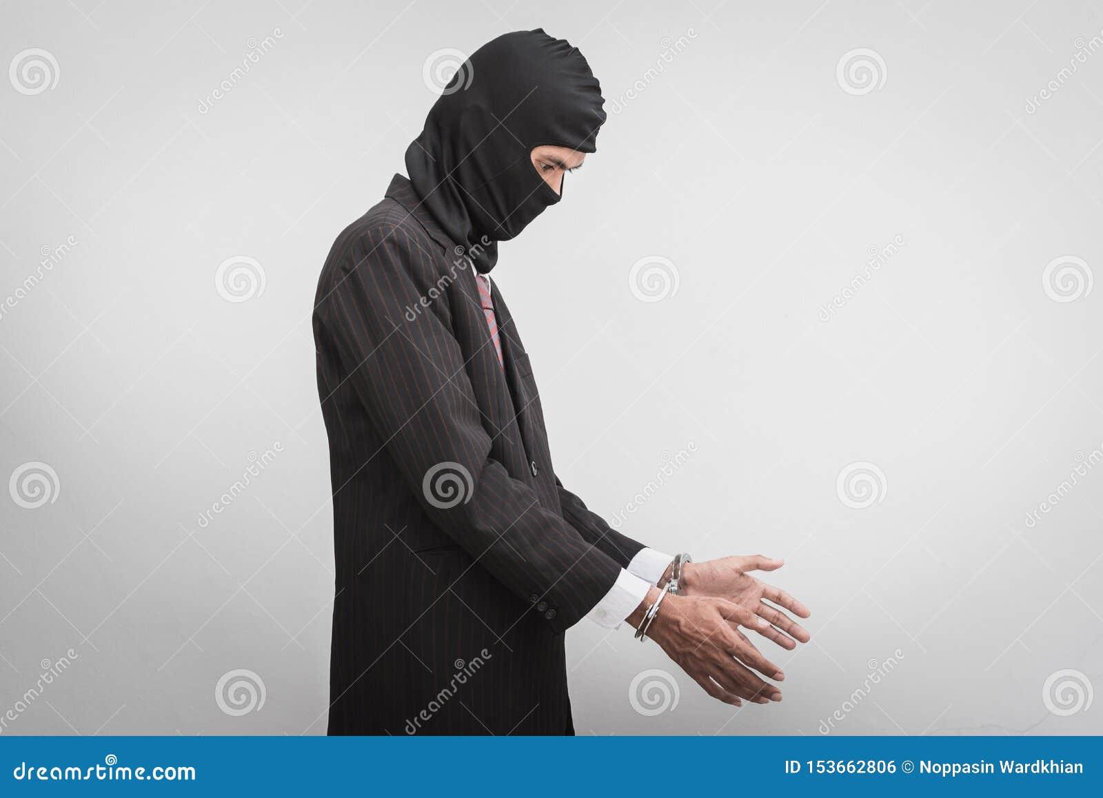 Homme d affaires avec des dispositifs d accrochage sur le blanc