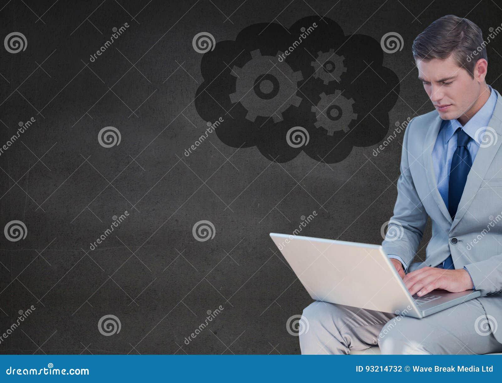 Homme d affaires avec l ordinateur portable contre le mur et le nuage gris avec le graphique de vitesse