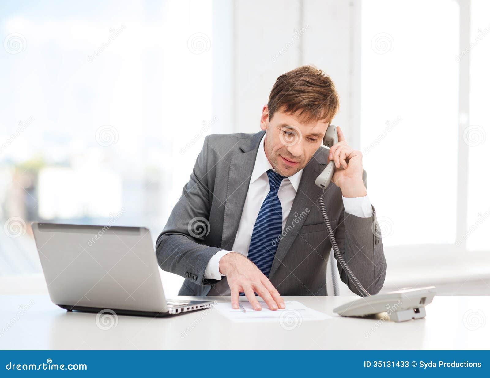 Homme d affaires avec l ordinateur portable et le t l phone for Bureau homme