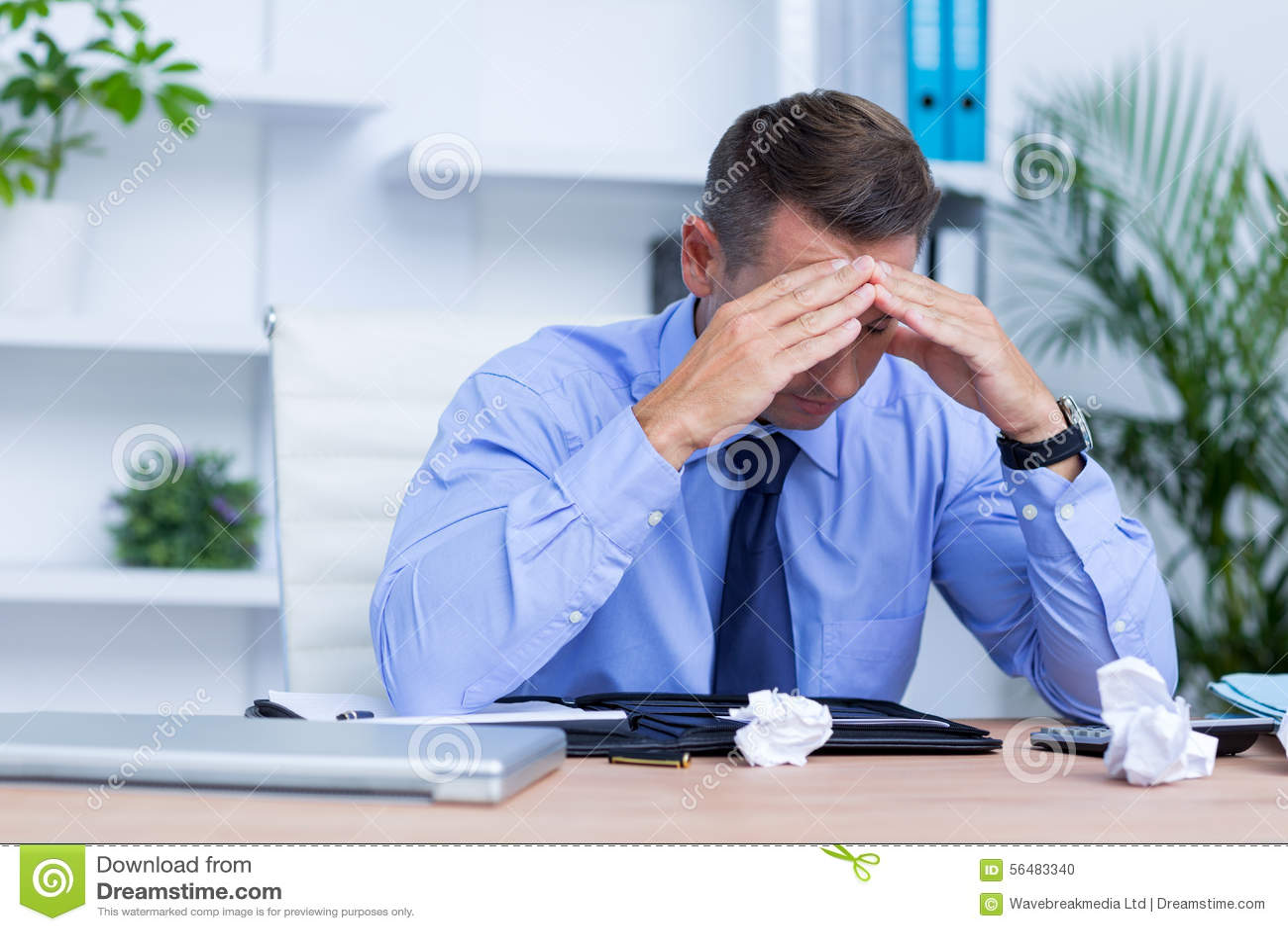 Homme d affaires avec le mal de tête grave se reposant au bureau
